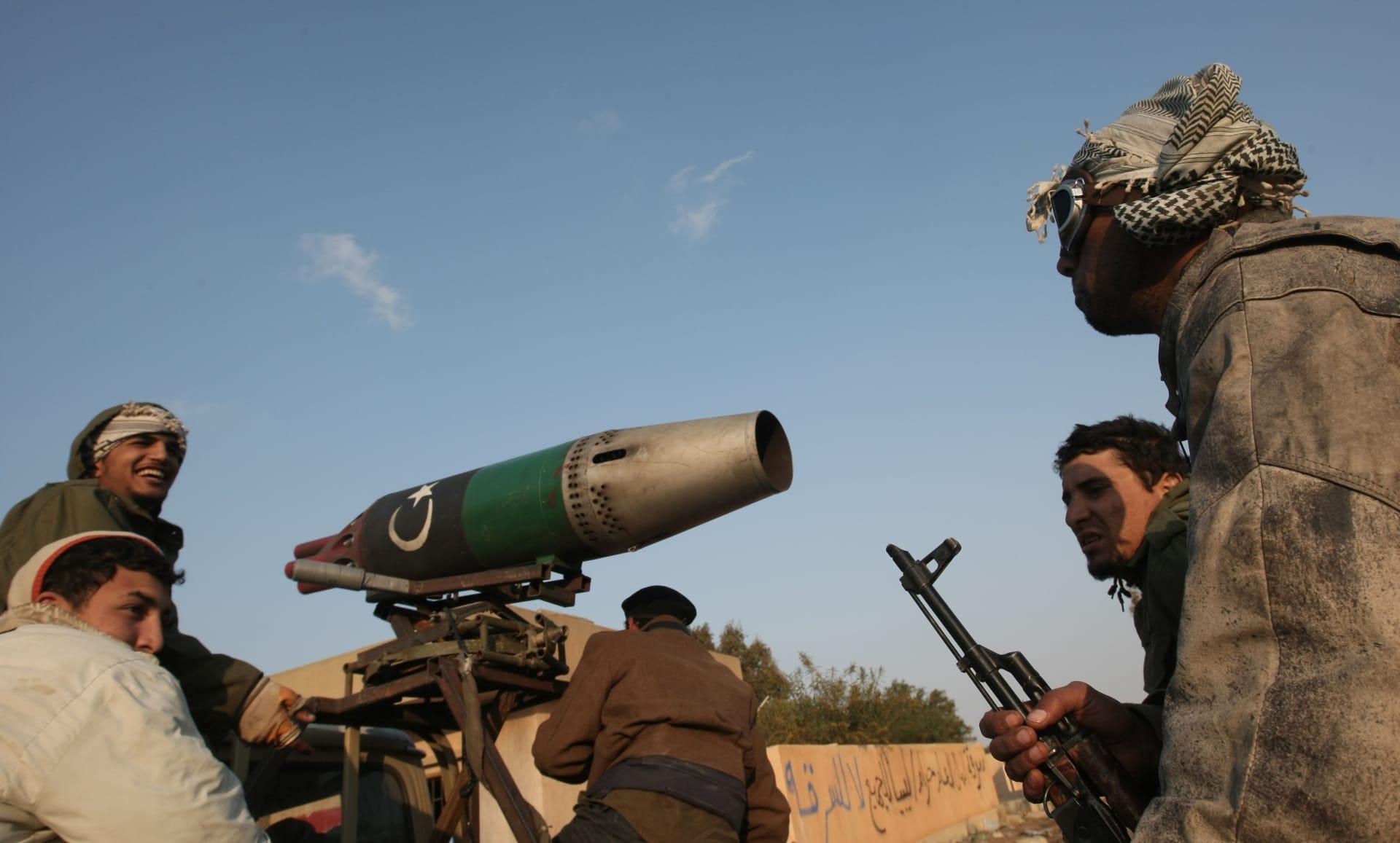 تم التقاط صور لمقاتلين من الثوار الليبيين عند مدخل مدينة بنغازي الشرقية في 7 أبريل / نيسان 2011
