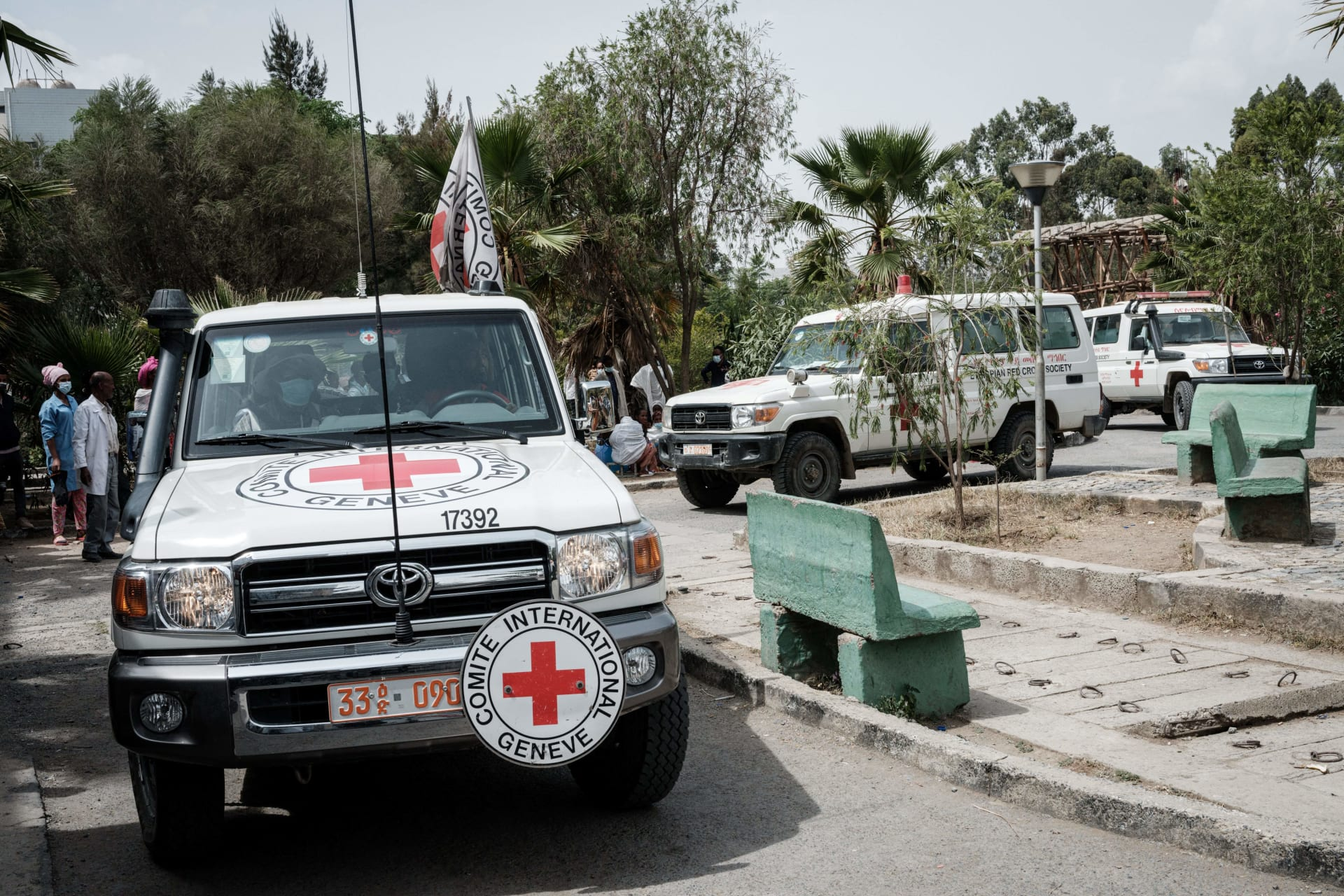 سيارات إسعاف الصليب الأحمر تصل مع مرضى أصيبوا في بلدتهم توغوغا في غارة جوية مميتة على أحد الأسواق ، تصل إلى مستشفى ميكيلي العام في ميكيلي ، في 24 يونيو 2021