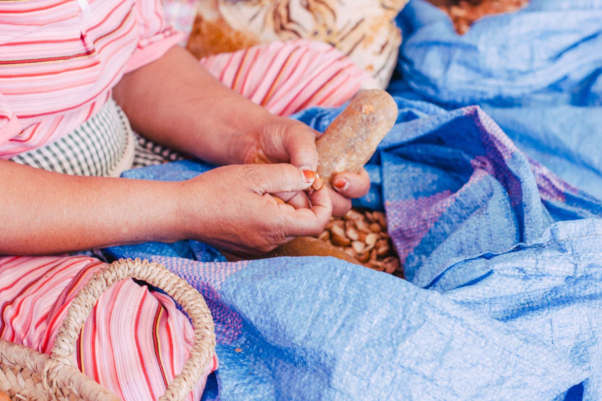 سحر الحياة البسيطة.. استكشف كيفية إنتاج هذا السائل الذهبي الثمين بهذه المزرعة بالمغرب