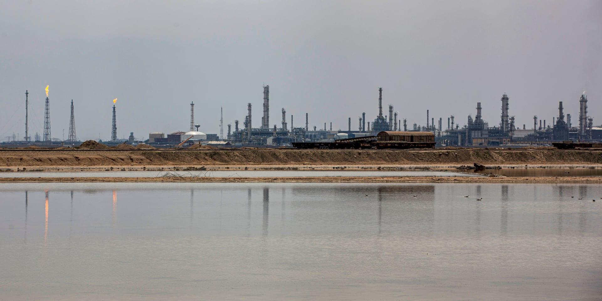 """العراق يحذر من """"حرب أسعار"""" و""""اختلالات خطيرة"""" في سوق النفط"""