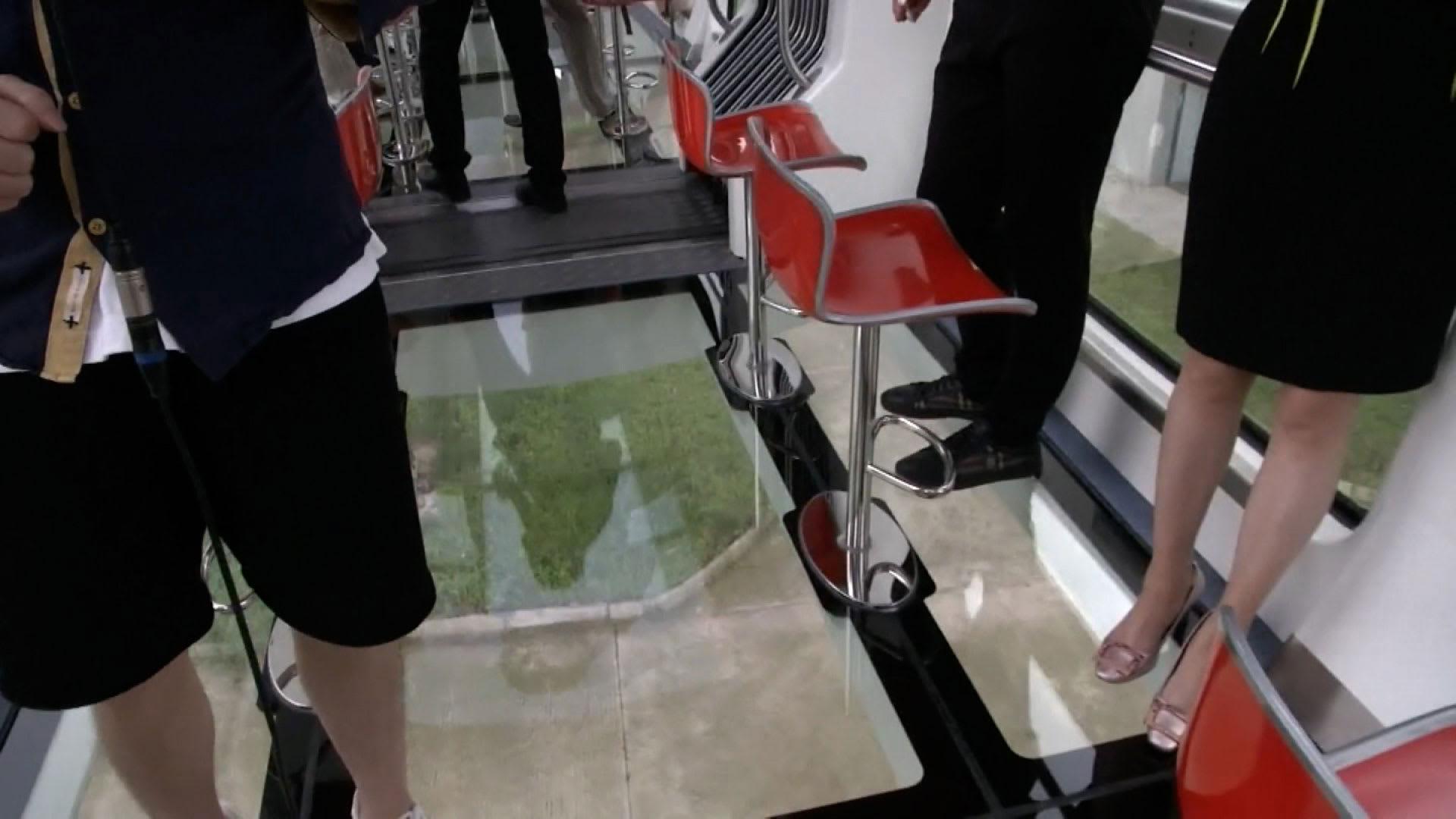 """هل تود رؤية ما تحت قدميك؟ إطلاق """"قطار باندا"""" معلق بأرضية زجاجية في الصين"""