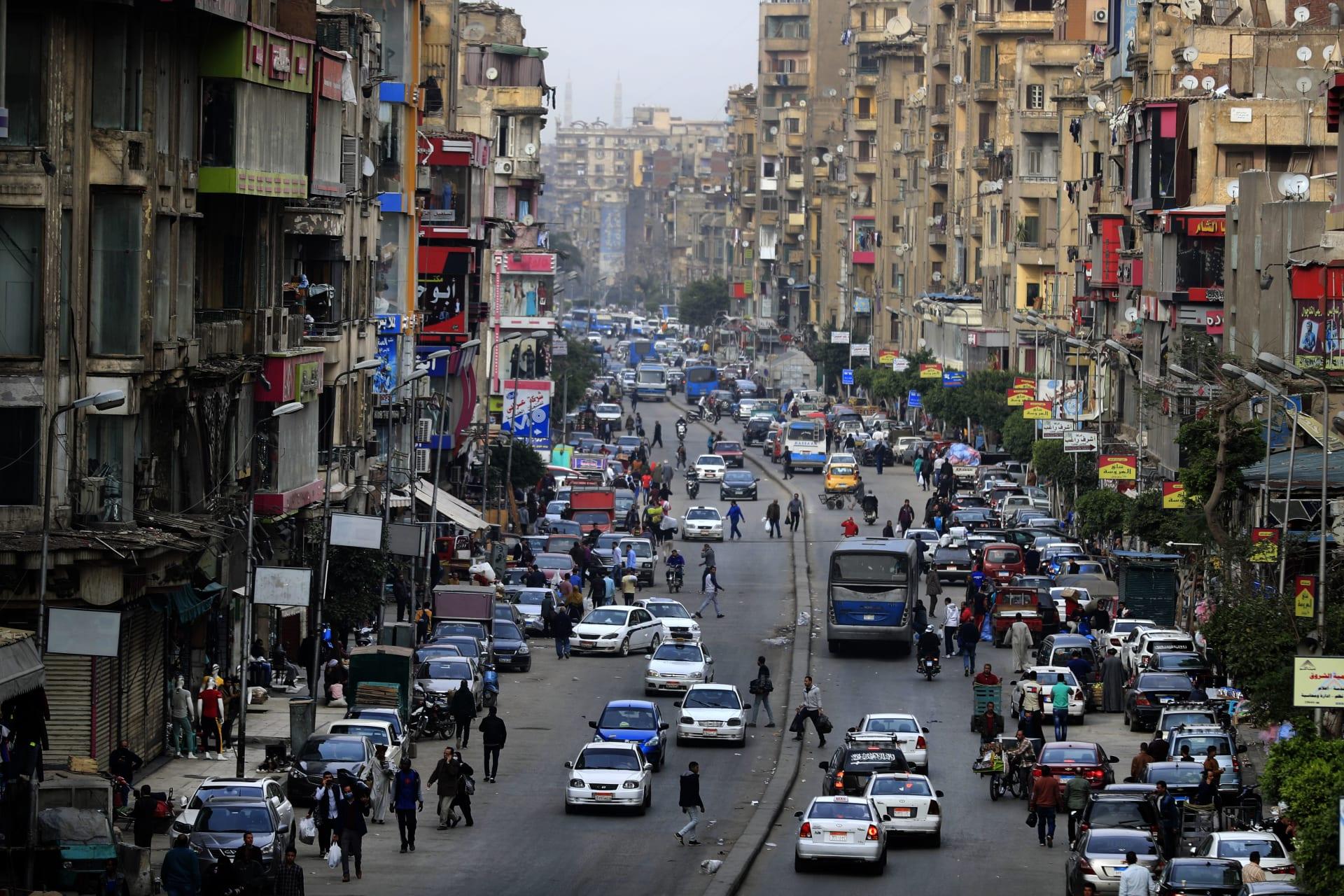 حركة المرور في شارع قصر العيني في وسط القاهرة