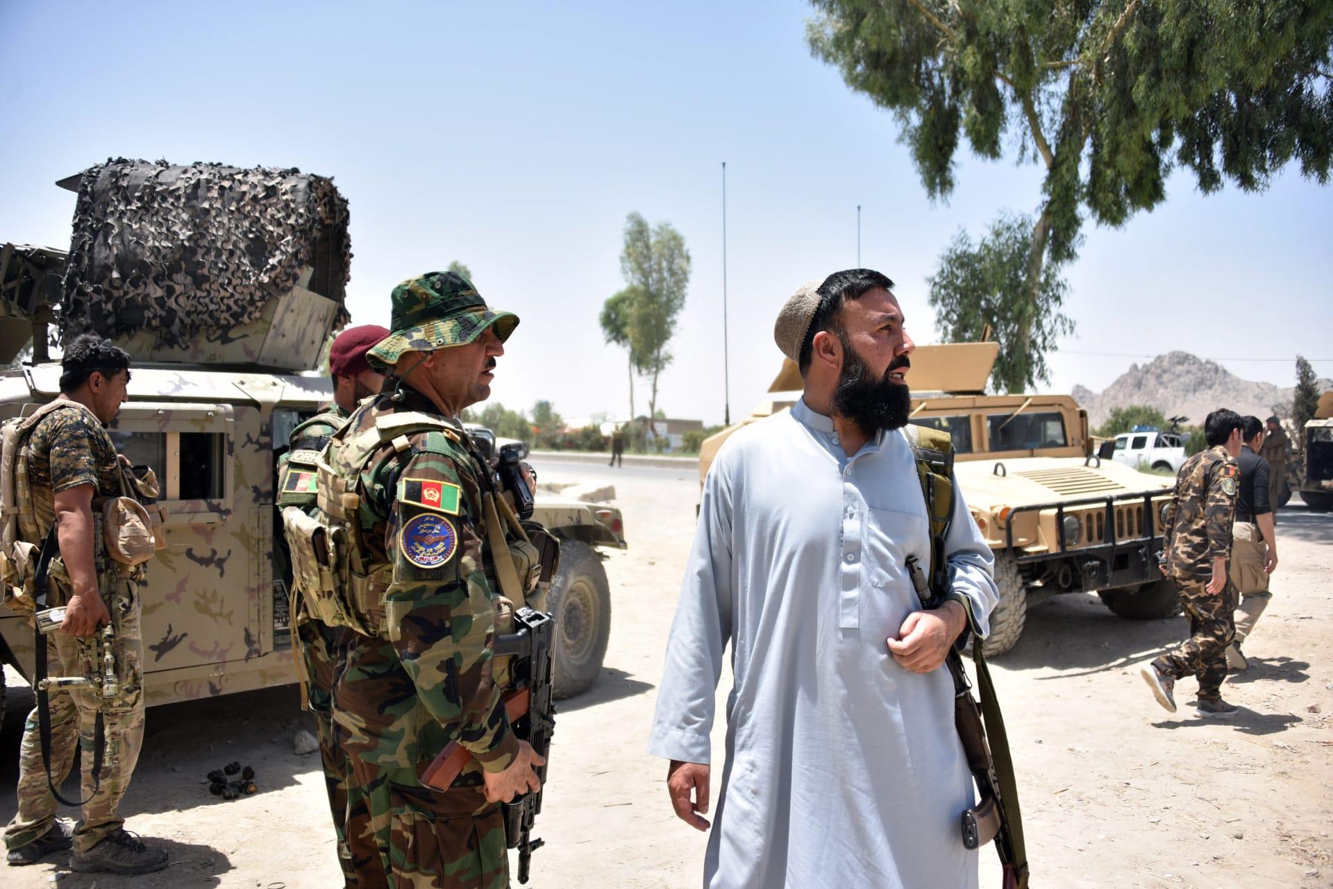 فراد الأمن الأفغان يقفون على طول الطريق وسط قتال مستمر بين قوات الأمن الأفغانية ومقاتلي طالبان في قندهار ، 9 يوليو 2021