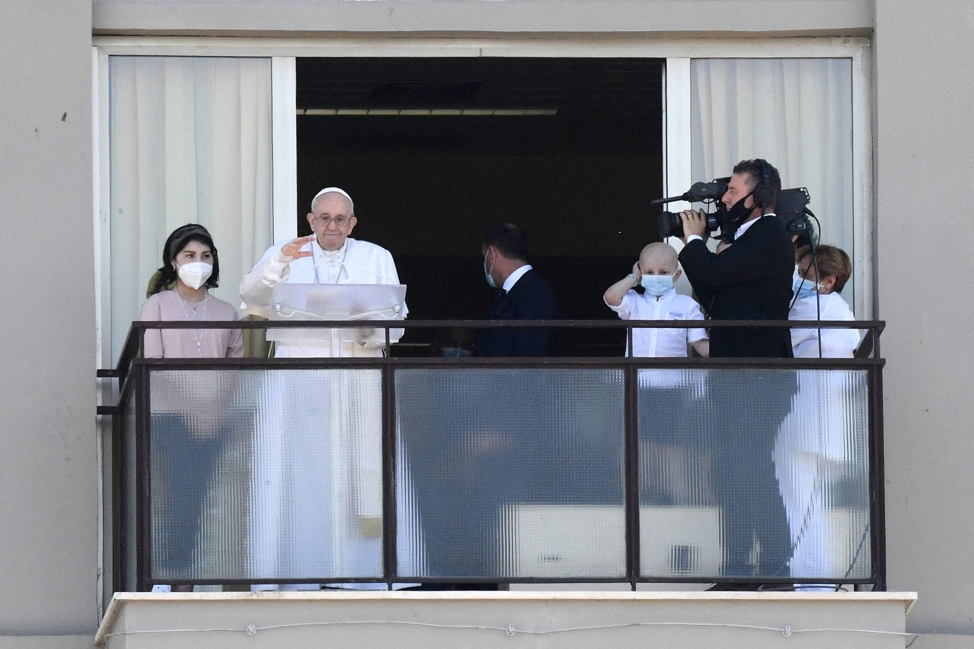 """من شرفة المستشفى.. ماذا قال بابا الفاتيكان في أول ظهور بعد جراحة بسبب التهاب """"الرتج""""؟"""