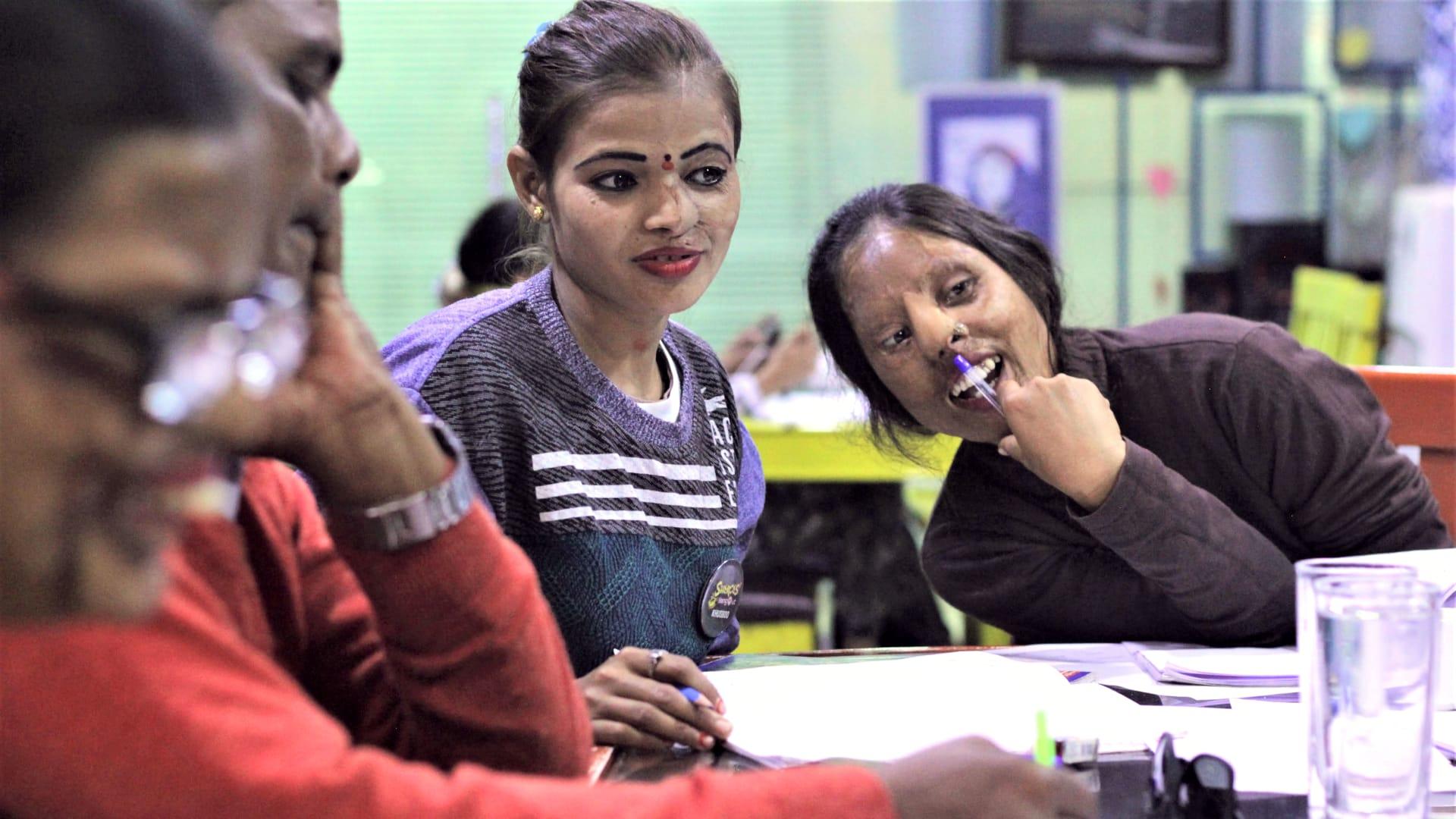 يوفر هذا المقهى بالهند فرصة أخرى للحياة لناجيات هجمات الحمض حتى مع إغلاقه بظل كورونا