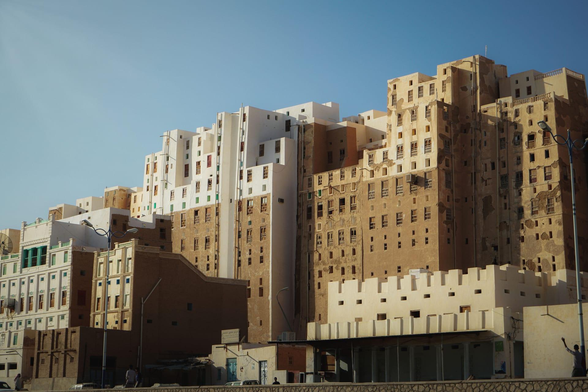 """أبراج منبثقة من الصخور.. استكشف سحر """"مانهاتن الصحراء"""" في اليمن"""