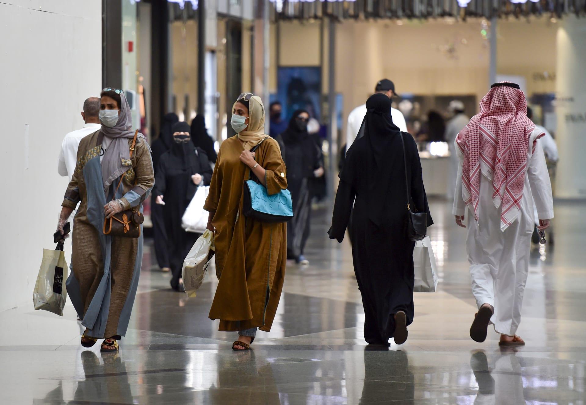 عوديون يتسوقون في بانوراما مول بالعاصمة الرياض في 22 مايو 2020، حيث يستعد المسلمون للاحتفال بعيد الفطر القادم، الذي يصادف نهاية شهر رمضان