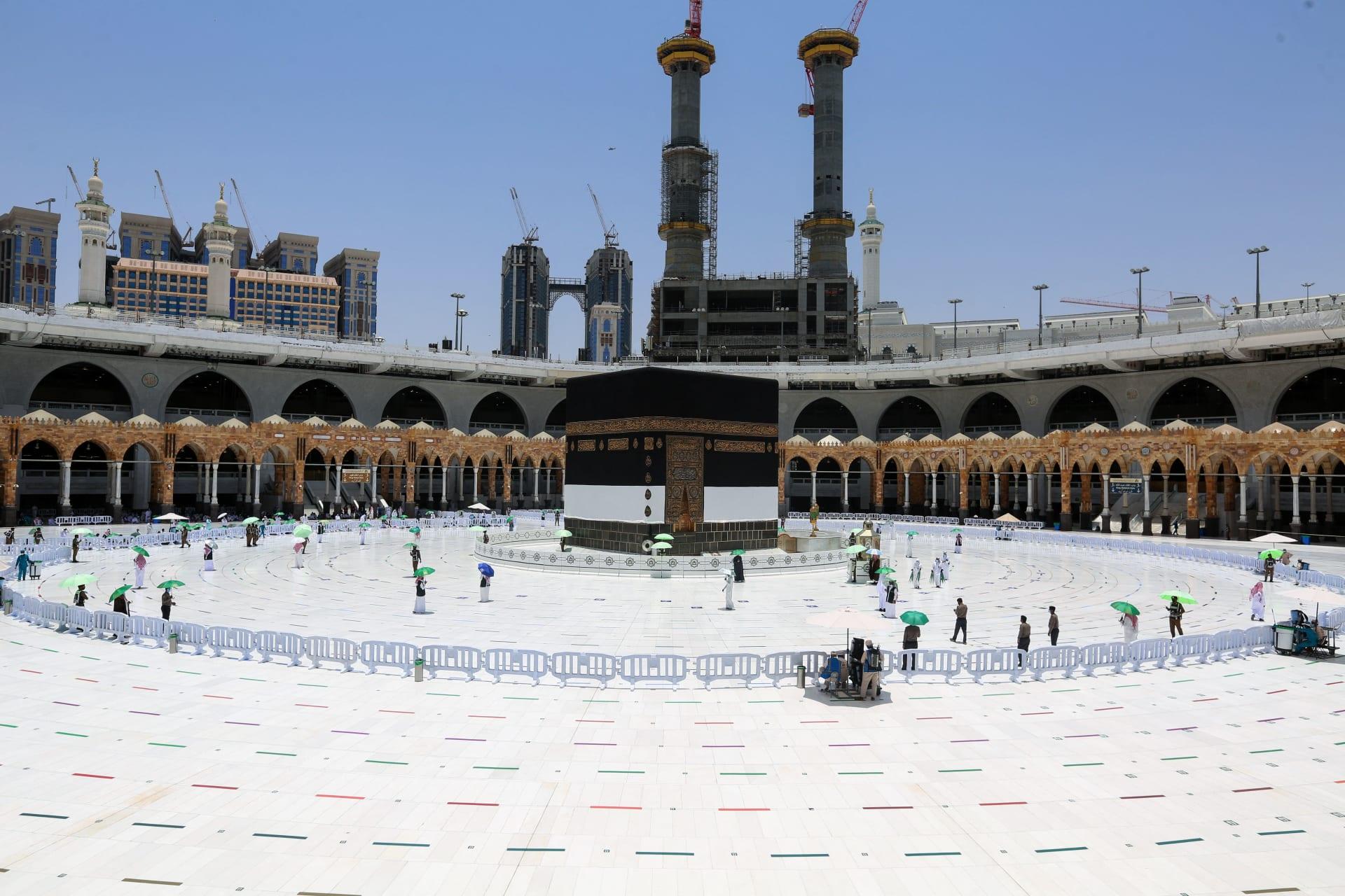 بعد وصول أول طلائعهم.. الحجاج يؤدون طواف القدوم في مكة