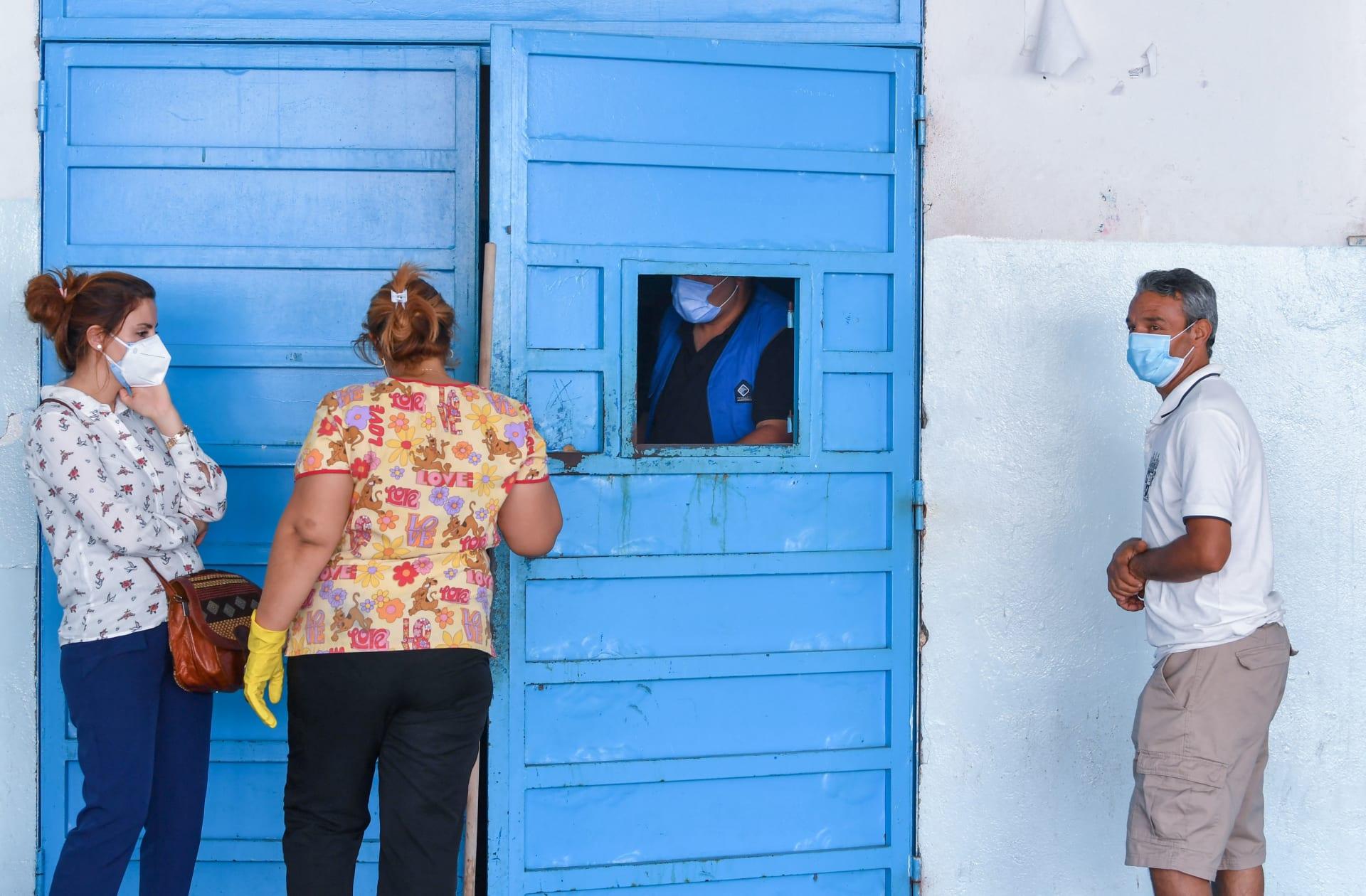 تونسيون ينتظرون خارج غرفة الطوارئ بمستشفى شارل نيكول في العاصمة تونس ، في 16 يوليو 2021 ،