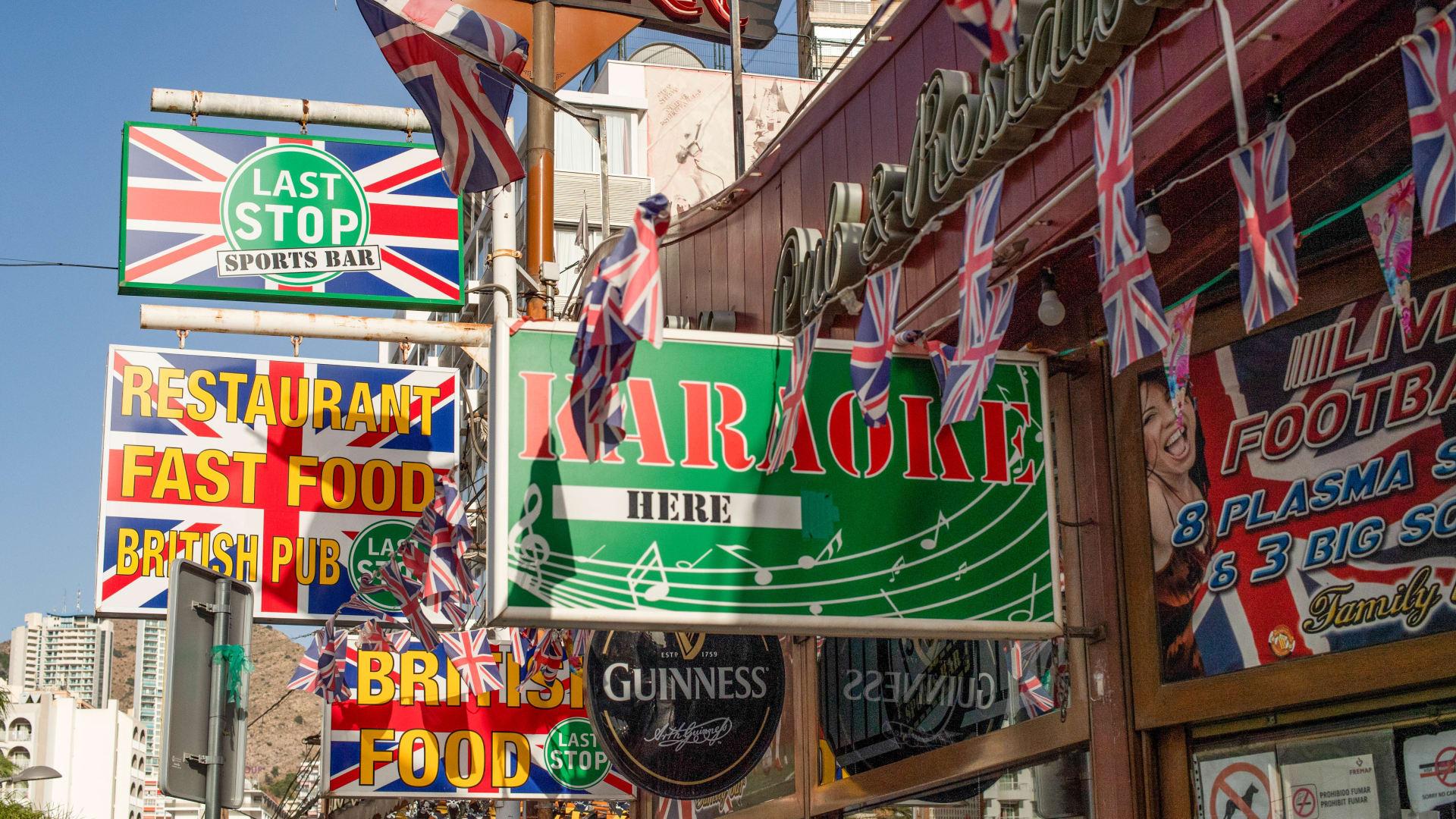 لماذا يبدو أن الجميع يكره السياح الإنجليز في الخارج؟