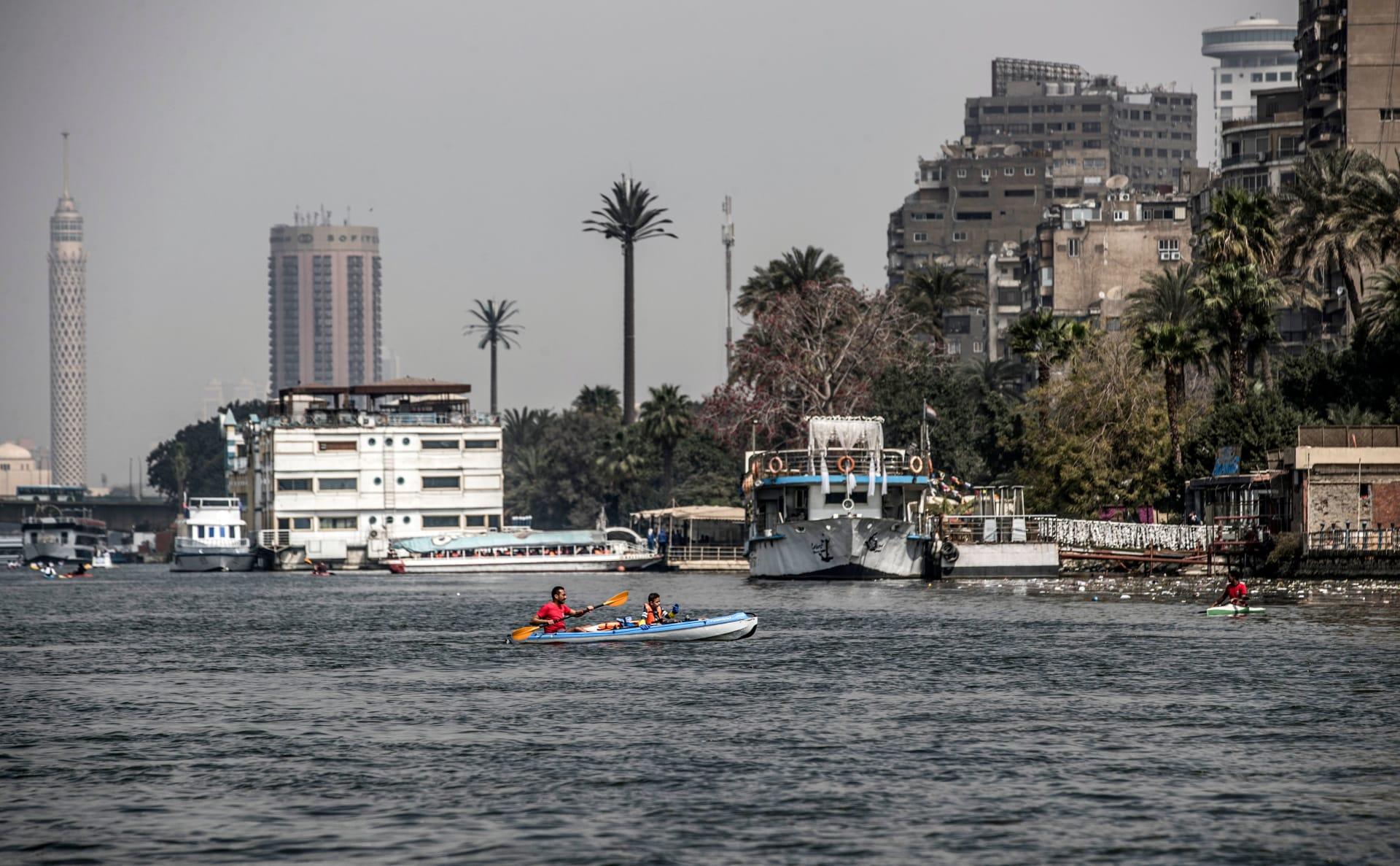 متطوعون يركبون قوارب الكاياك يشاركون في حملة لإزالة مخلفات المياه وتنظيفها في نهر النيل قبالة جزيرة منيل الروضة في العاصمة المصرية القاهرة، 7 مارس 2020.