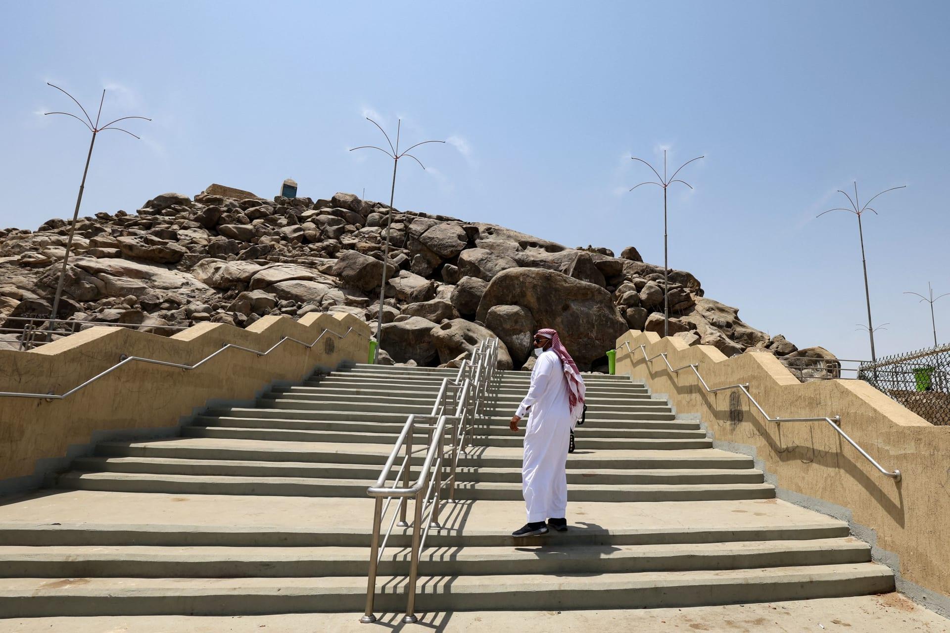 صورة ارشيفية تعبيرية لرجل يصعد عبر ممر لقمة جبل عرفات