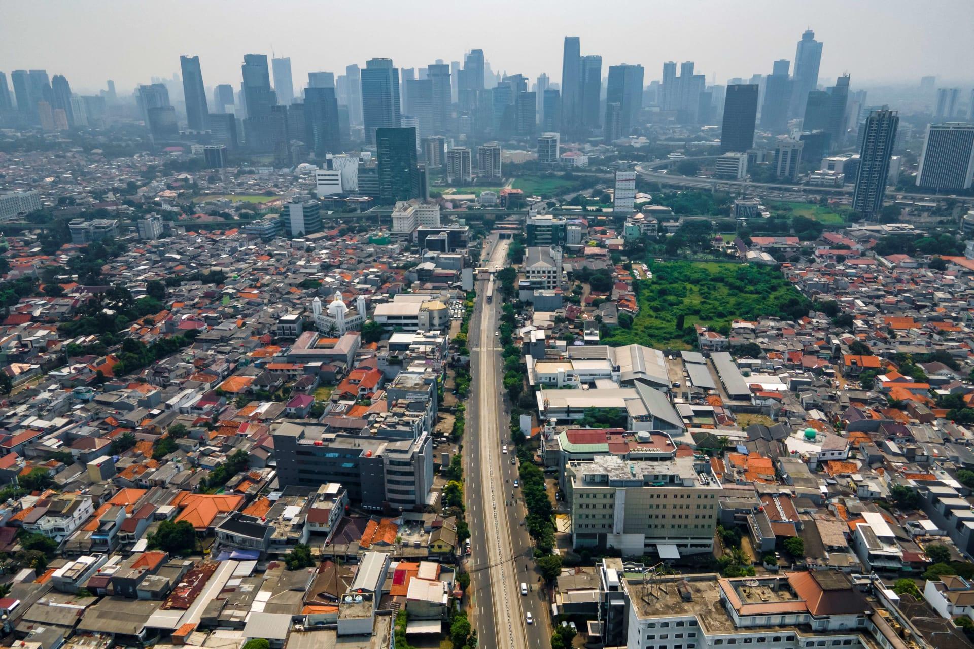 صورة ارشيفية لطريق يؤدي إلى قلب العاصمة الإندونيسية جاكارتا