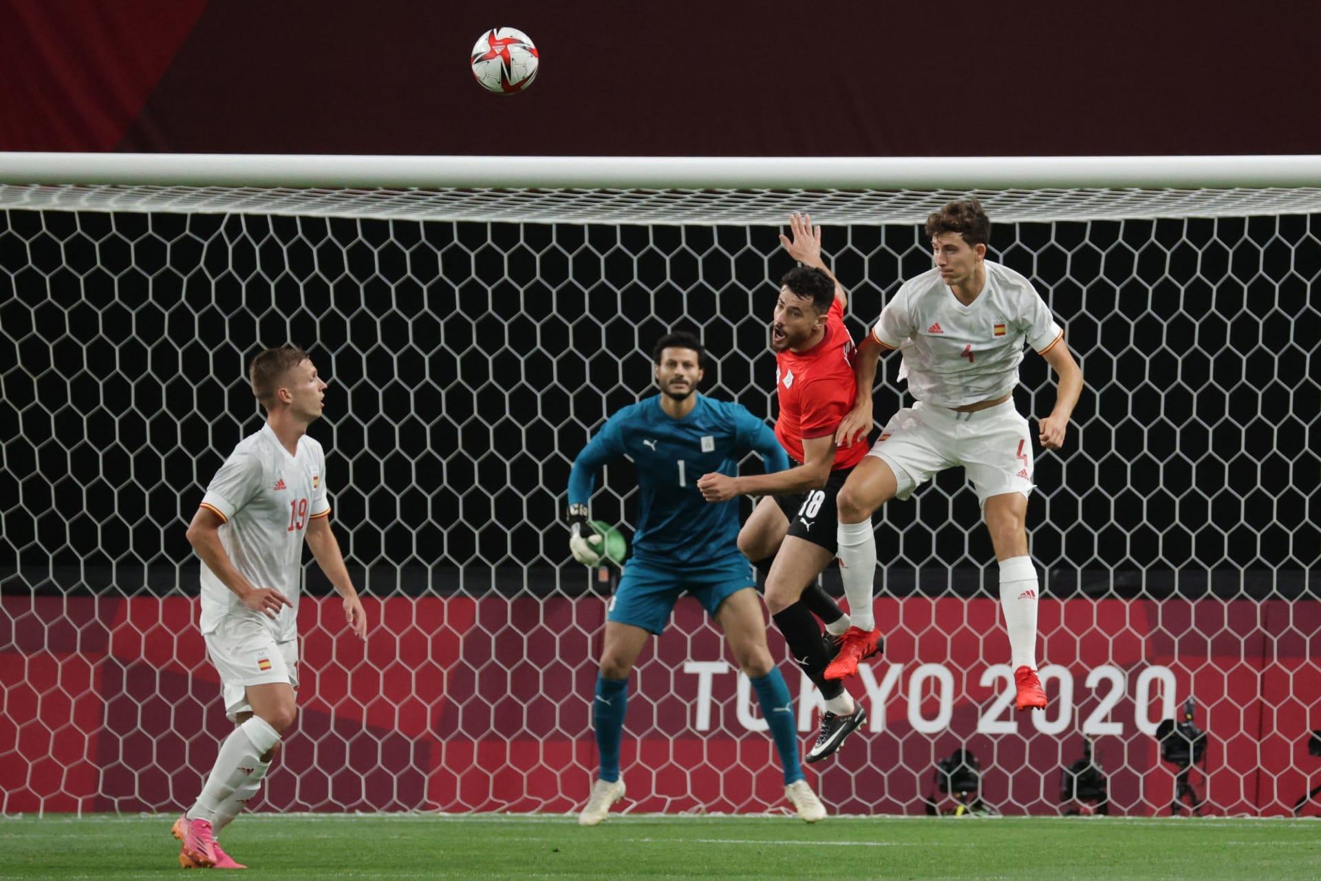 تنافس مدافع مصر محمود الونش (وسط) على الكرة مع المدافع الإسباني باو توريس (إلى اليمين) أمام المرمى المصري خلال مباراة الدور الأول للمجموعة C في أولمبياد طوكيو 2020 - 22 يوليو، 2021