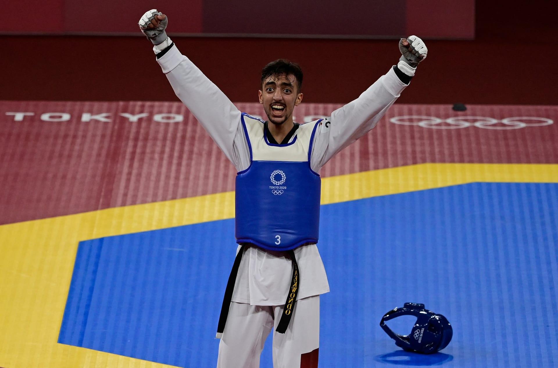 احتفل التونسي محمد خليل الجندوبي بعد فوزه على جانغ جون من فريق كوريا الجنوبية خلال منافسات نصف نهائي التايكوندو وزن -58 كلغ رجال في اليوم الأول من أولمبياد طوكيو 2020