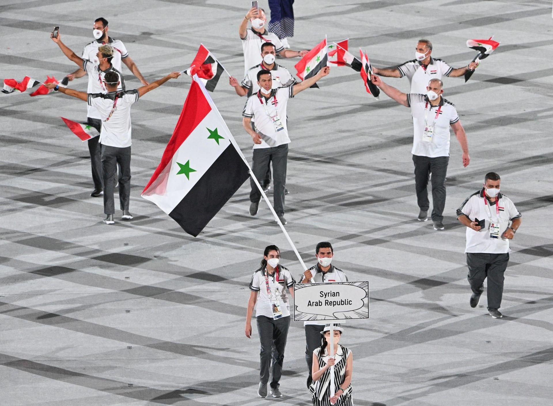 هند ظاظا حاملة العلم السوري مع أحمد صابر حمشو خلال حفل افتتاح أولمبياد طوكيو 2020