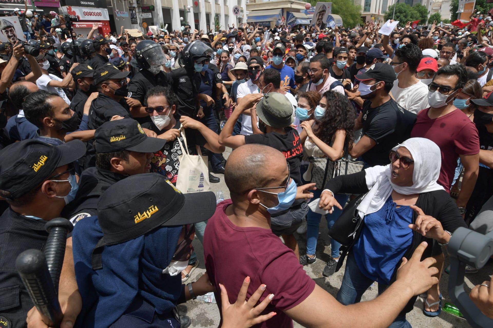 """مظاهرات ضد الحكومة والبرلمان في تونس.. وحركة النهضة عن مهاجمة مقارها: """"لخدمة أجندات"""""""
