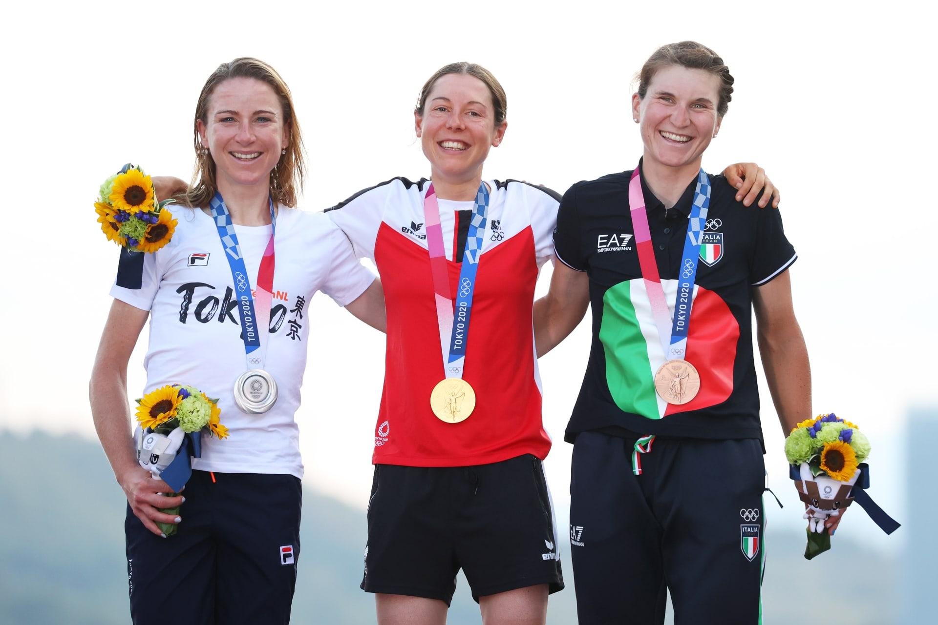 الحائزة على الميدالية الفضية أنيميك فان فليوتن من فريق هولندا (يسار)، الحائزة على الميدالية الذهبية آنا كيسينهوفر من فريق النمسا (وسط)، والحائزة على الميدالية البرونزية إليسا لونغو بورغيني من فريق إيطاليا (يمين)