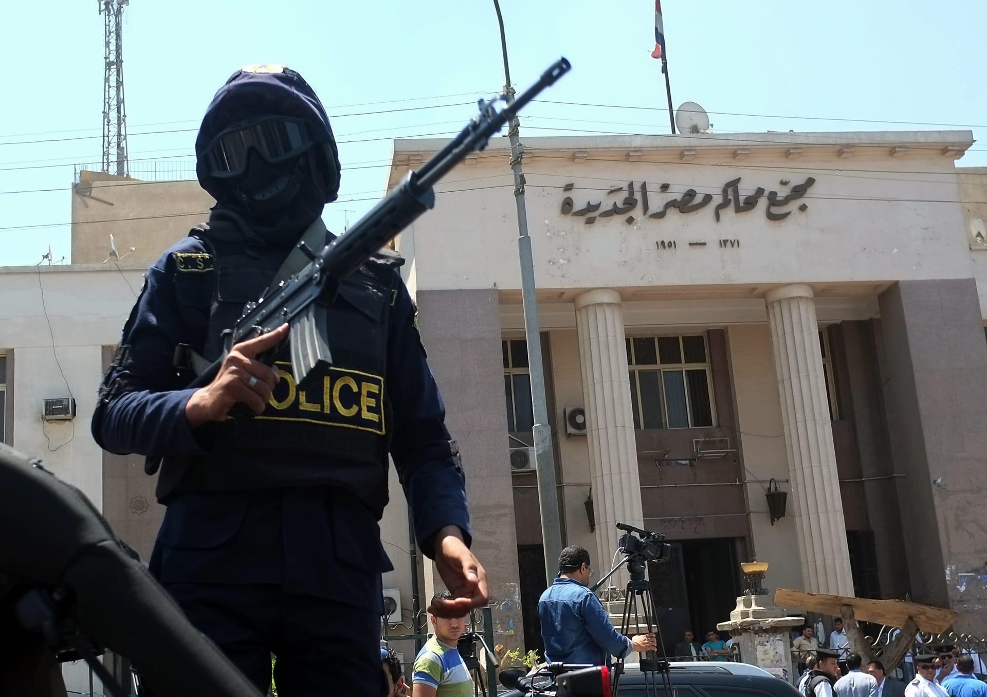 صزرة أرشيفية لعنصر أمن أمام مجمع محاكم مصر الجديدة