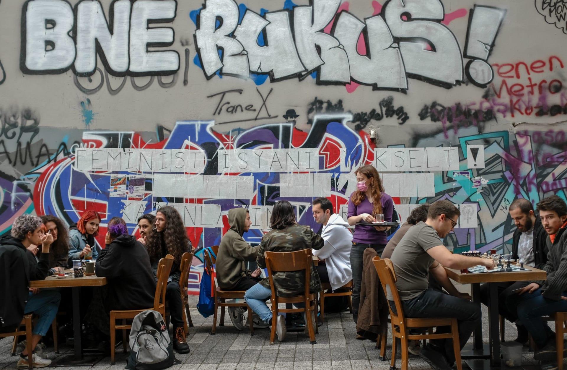 أشخاص يجلسون في مطعم في حي كاديكوي، في اسطنبول، في 1 يونيو 2021