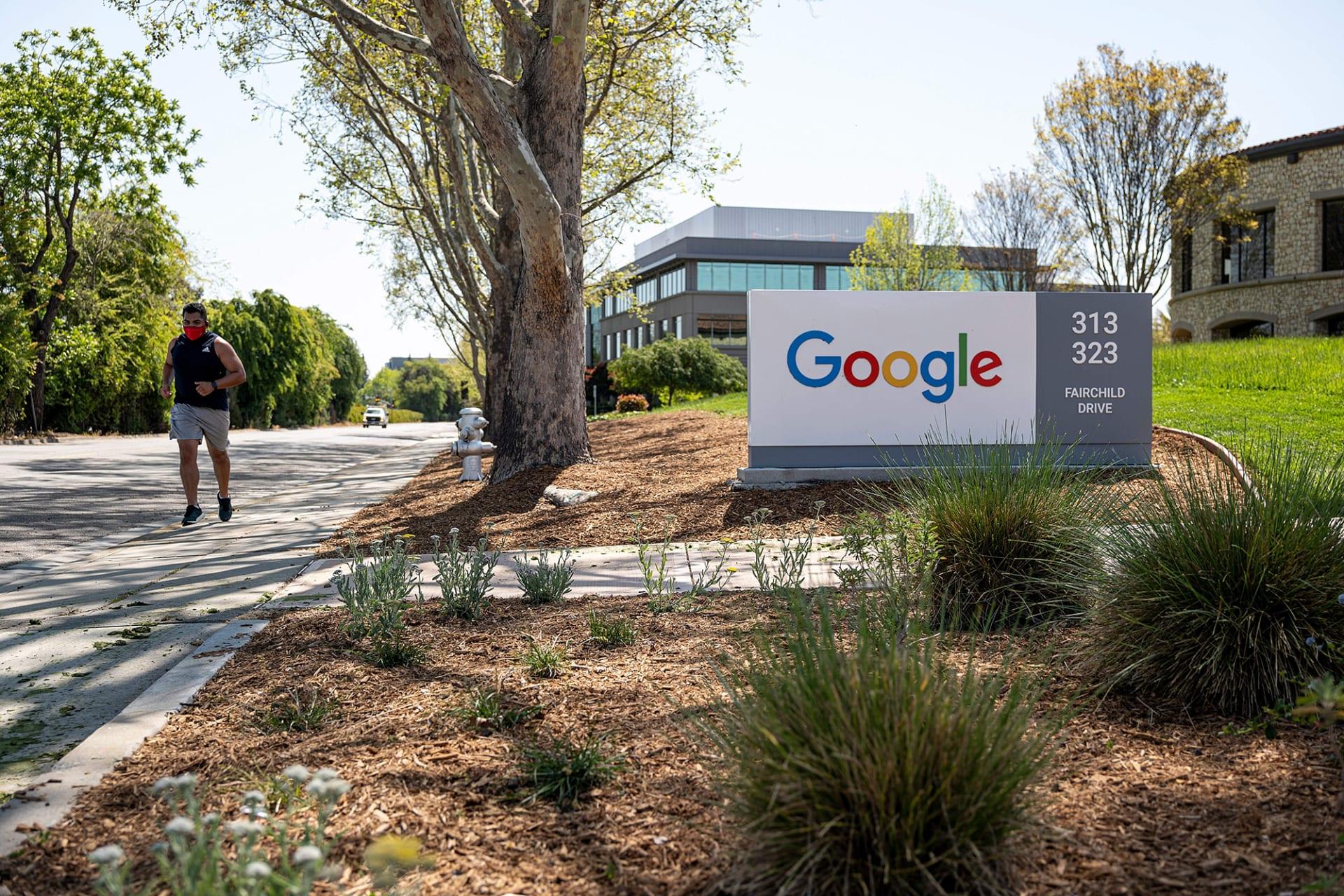 """""""غوغل"""" و""""فيسبوك"""" تفرضان اللقاحات شرطًا لعودة الموظفين إلى المكتب"""