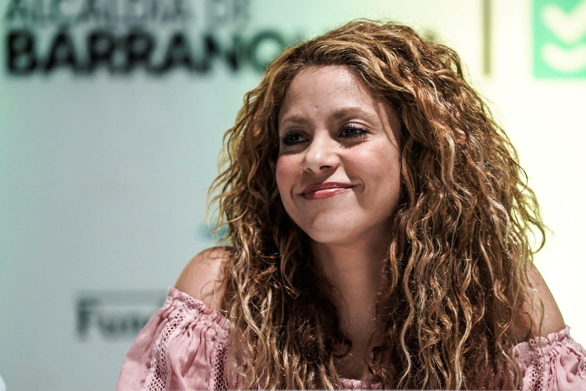 المغنية الكولومبية شاكيرا تبتسم في 2 نوفمبر 2018، في بارانكويلا، كولومبيا، خلال حفل وضع حجر الأساس لبناء مدرسة بدعم من مؤسستها