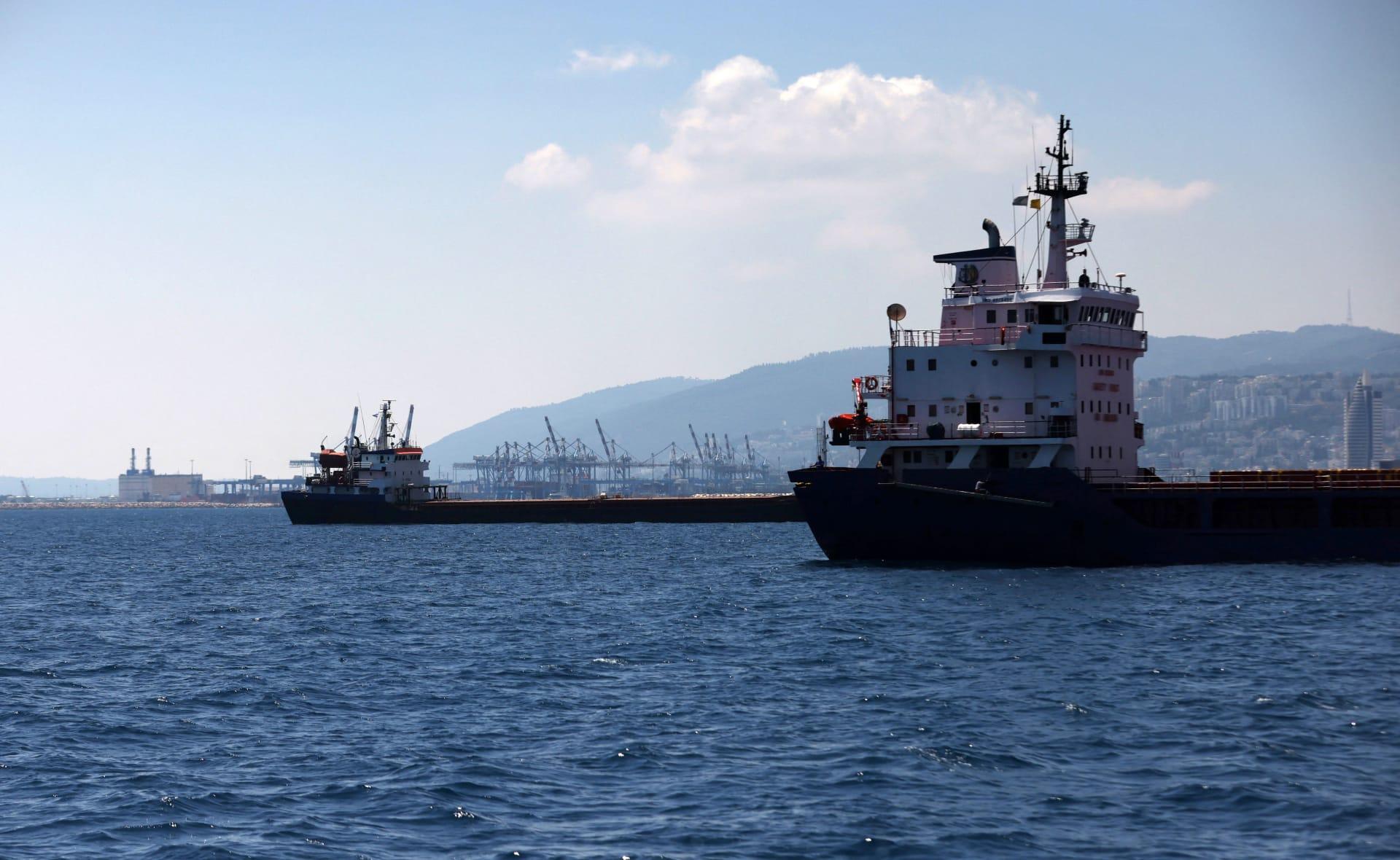سفن شحن ترسو في رصيف طويل في ميناء مدينة حيفا شمال إسرائيل، 24 يونيو 2021