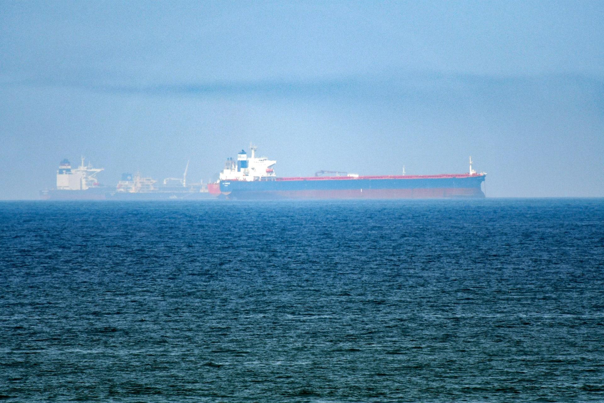 تظهر هذه الصورة التي تم التقاطها في 15 يونيو 2019 سفن ناقلة في مياه خليج عمان قبالة ساحل إمارة الفجيرة بشرق الإمارات العربية المتحدة.