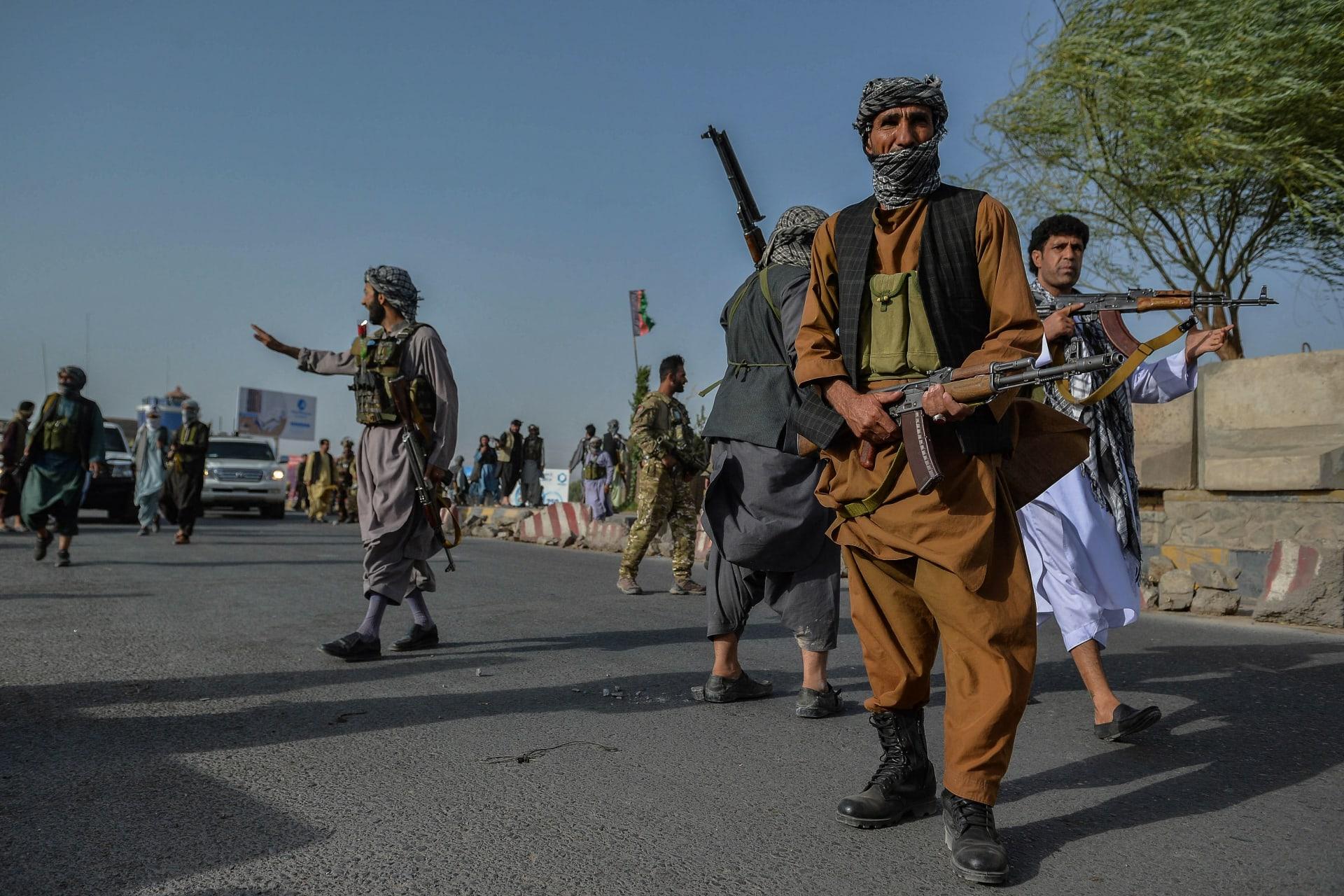 أفراد الأمن الأفغان والمليشيات الأفغانية التي تقاتل طالبان، تقف في حراسة منطقة إنجيل في ولاية هرات، 30 يوليو 2021