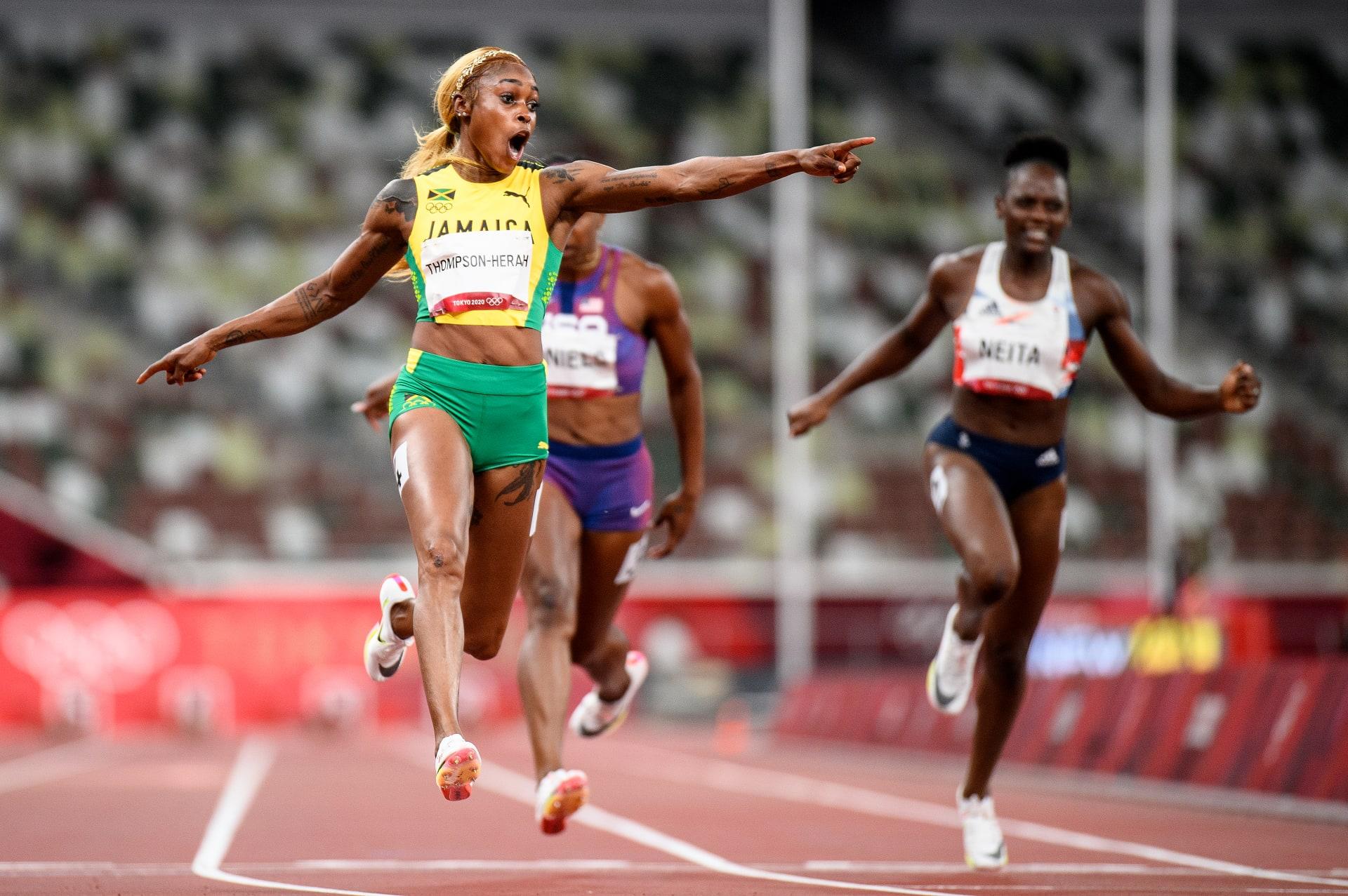 احتفلت إيلين طومسون-هيراه من فريق جامايكا بعبور خط النهاية للفوز بالميدالية الذهبية في نهائي 100 متر سيدات في اليوم الثامن من دورة الألعاب الأولمبية بطوكيو 2020 في الاستاد الأولمبي في 31 يوليو 2021