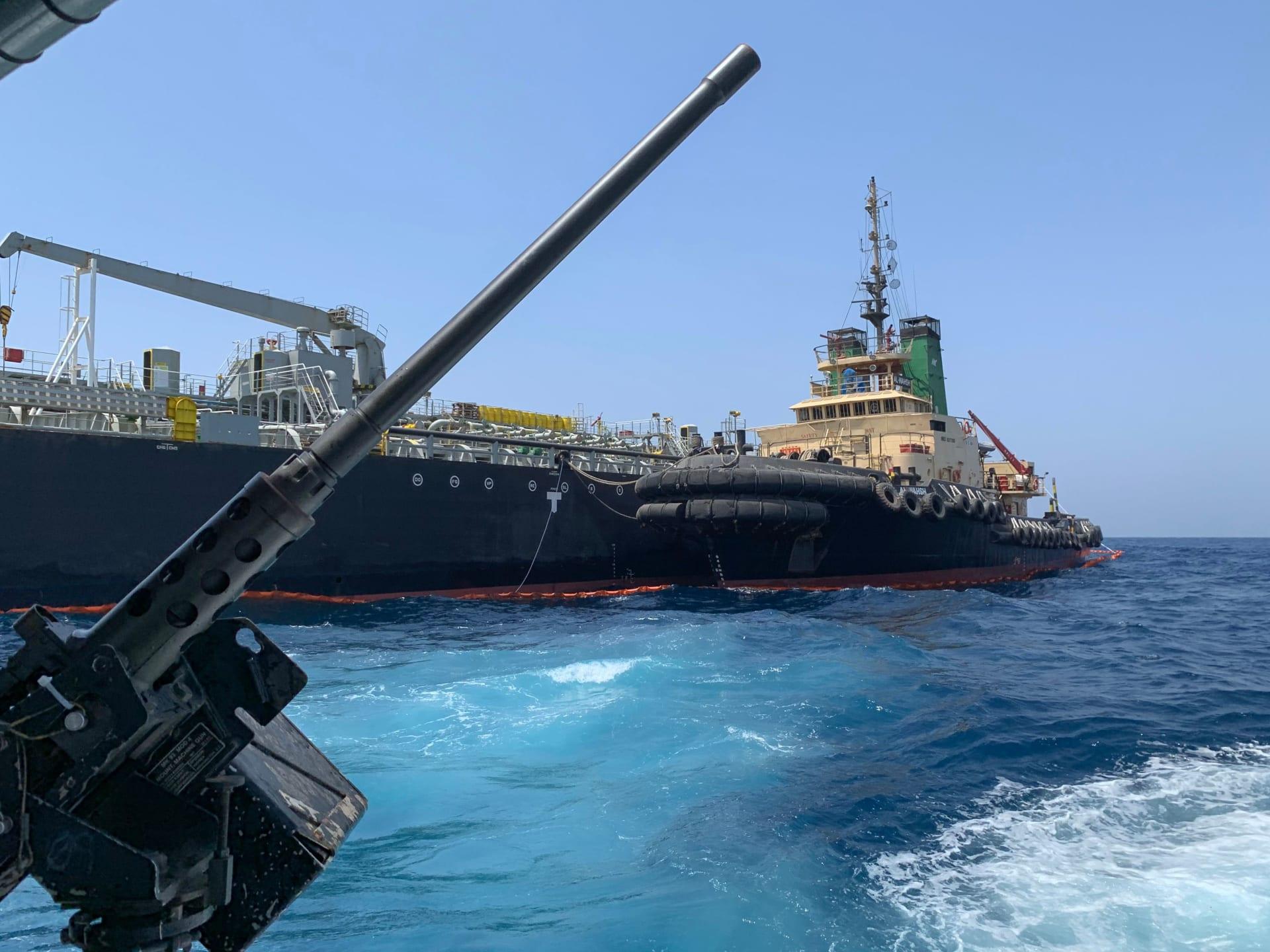 صورة التقطت خلال جولة إرشادية للبحرية الأمريكية تظهر ناقلة النفط اليابانية كوكوكا كاريدجس قبالة ميناء إمارة الفجيرة في الخليج في 19 يونيو 2019.
