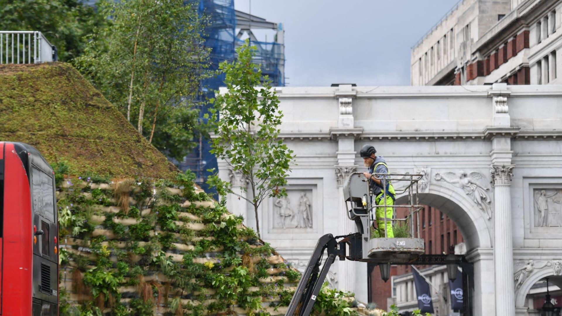 """""""أسوأ موقع"""".. أحدث معالم الجذب في لندن عبارة عن كومة من التراب"""