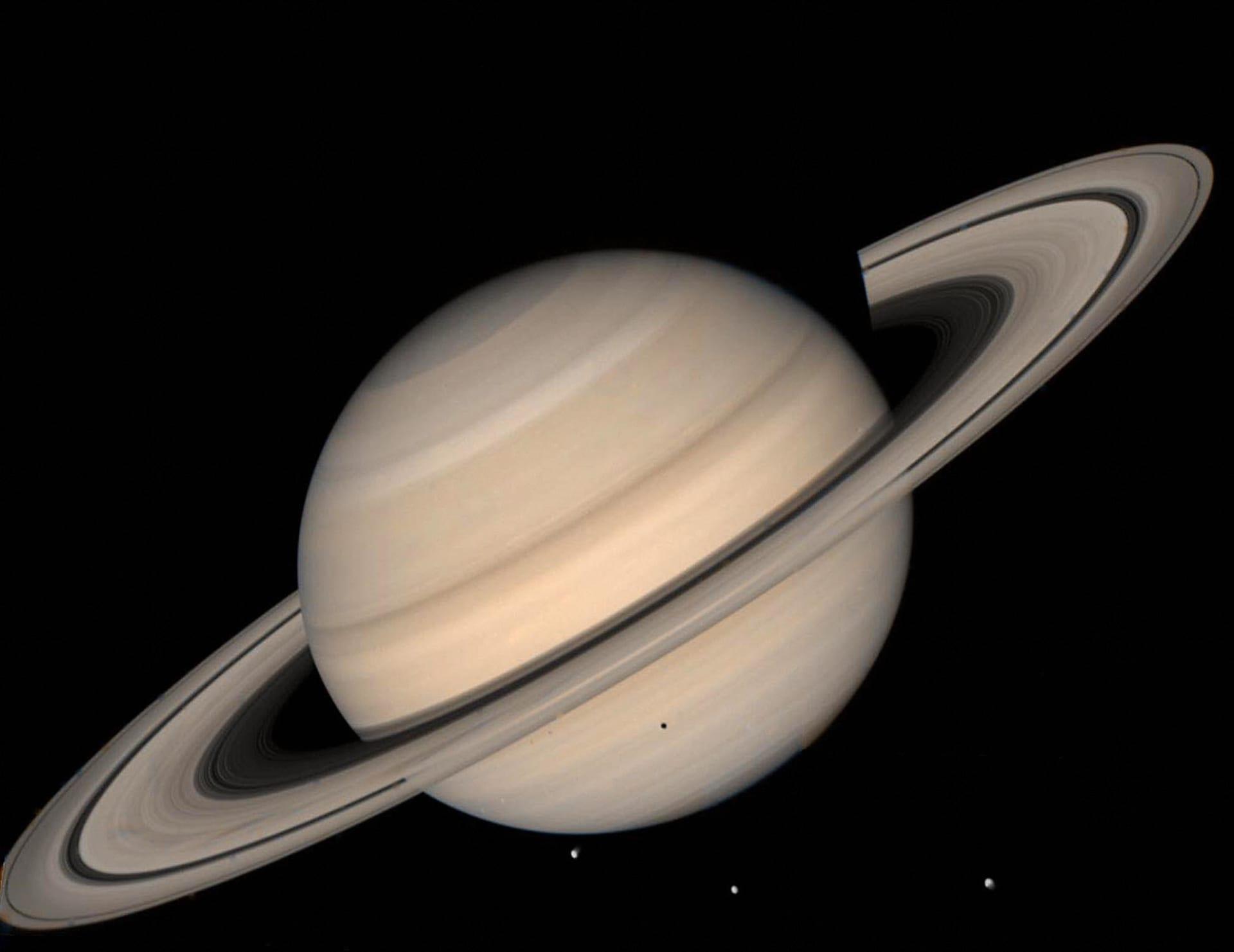 مصور يرصد كوكب زحل من أعلى قمة في الإمارات..شاهد كيف بدا