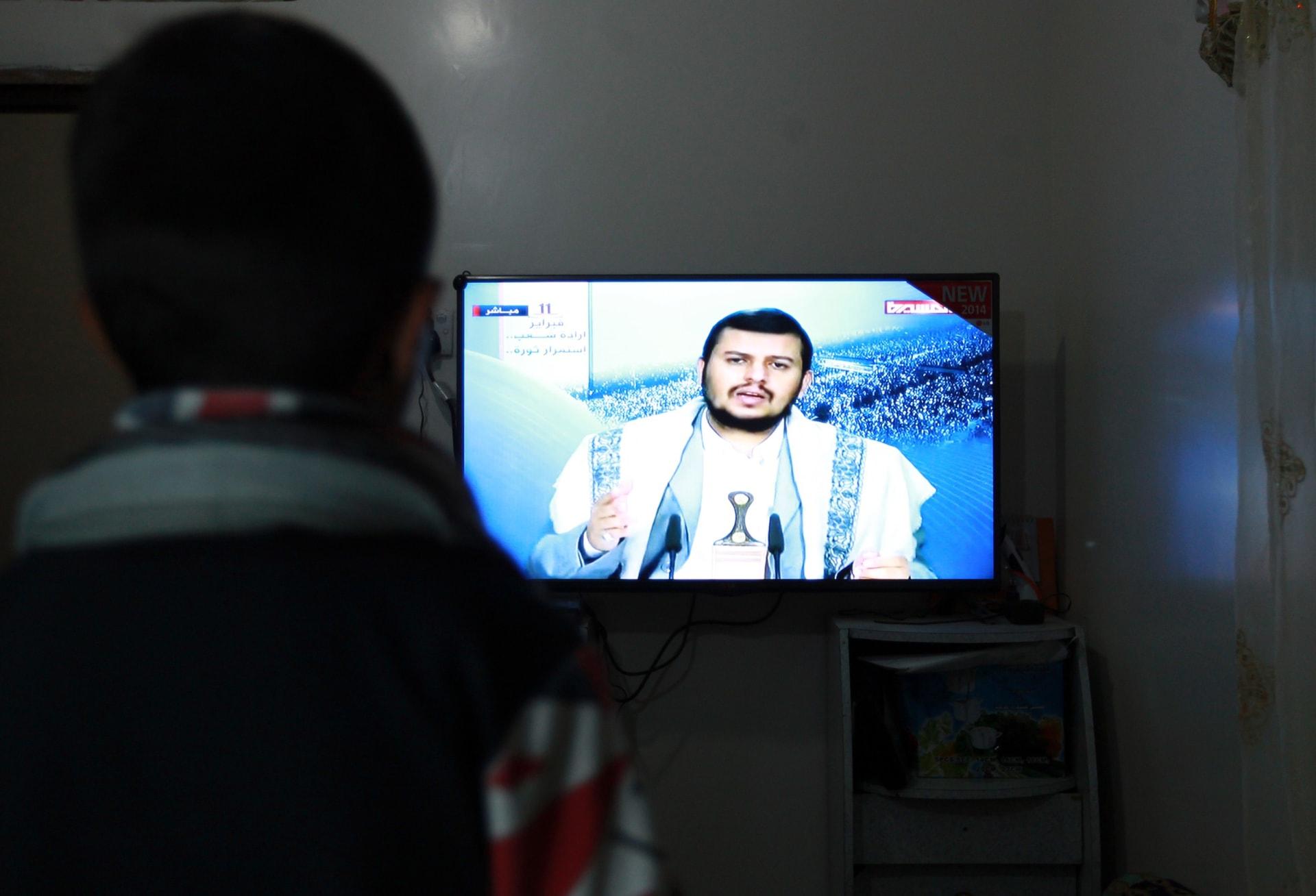 صورة أرشيفية ليمني يشاهد كلمة تلفزيونية لعبدالملك الحوثي