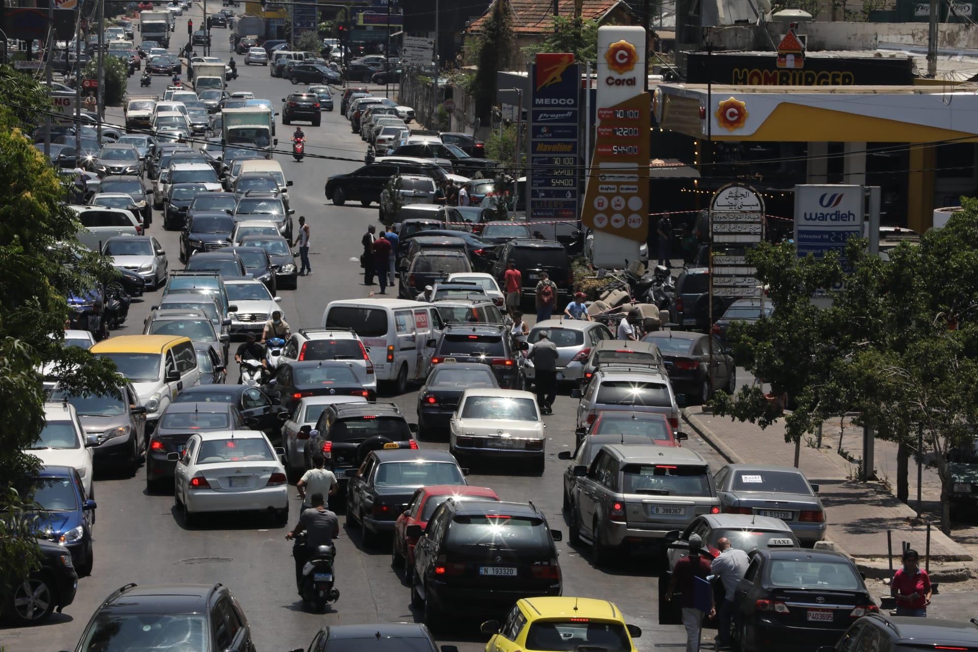 احتجاجات في لبنان إثر رفع الدعم عن المحروقات.. وعون يستدعي سلامة