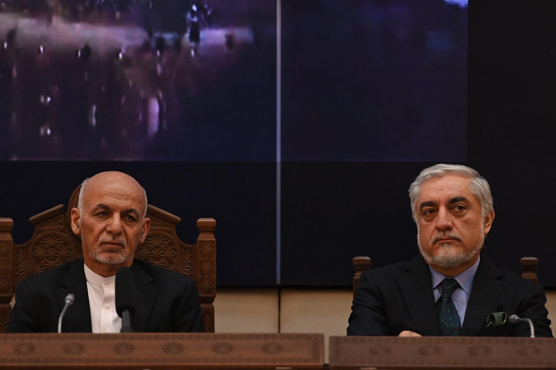 الرئيس الأفغاني أشرف غني (إلى اليسار) مع رئيس المجلس الأعلى للمصالحة الوطنية عبد الله عبد الله يحضران اجتماع المجلس المشترك للتنسيق والمراقبة (JCMB) في القصر الرئاسي الأفغاني في كابول، 28 يوليو 2021