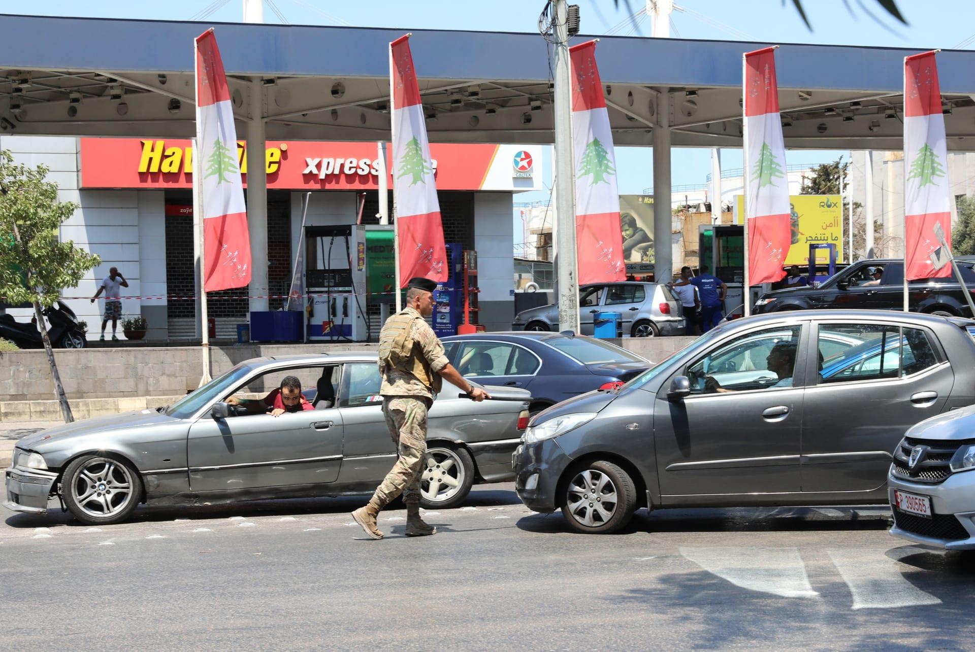 جندي لبناني يوجه حركة المرور في محطة بنزين في العاصمة بيروت في 14 أغسطس / آب 2021