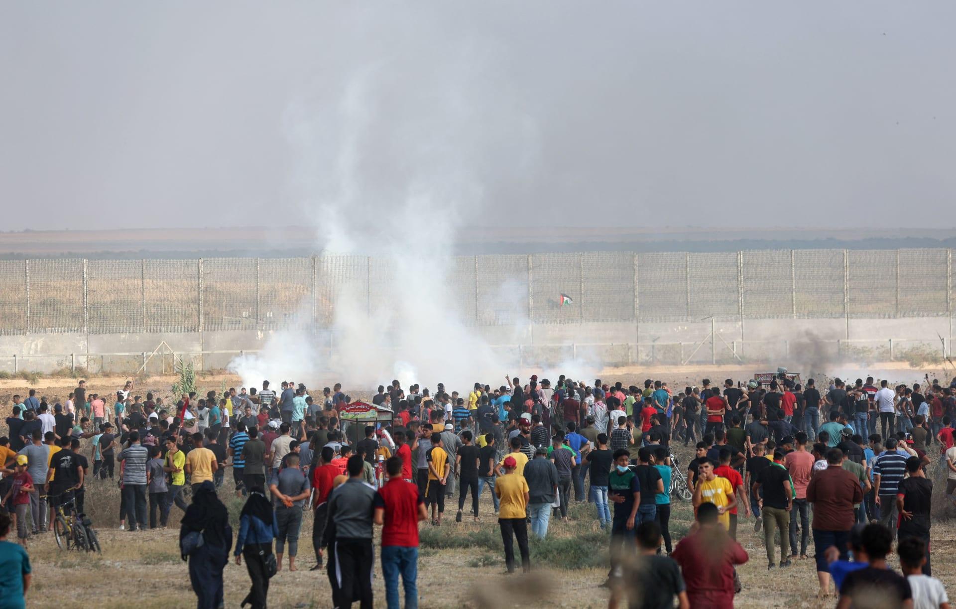 الغاز المسيل للدموع الذي أطلقته قوات الأمن الإسرائيلية عبر السياج الحدودي لقطاع غزة
