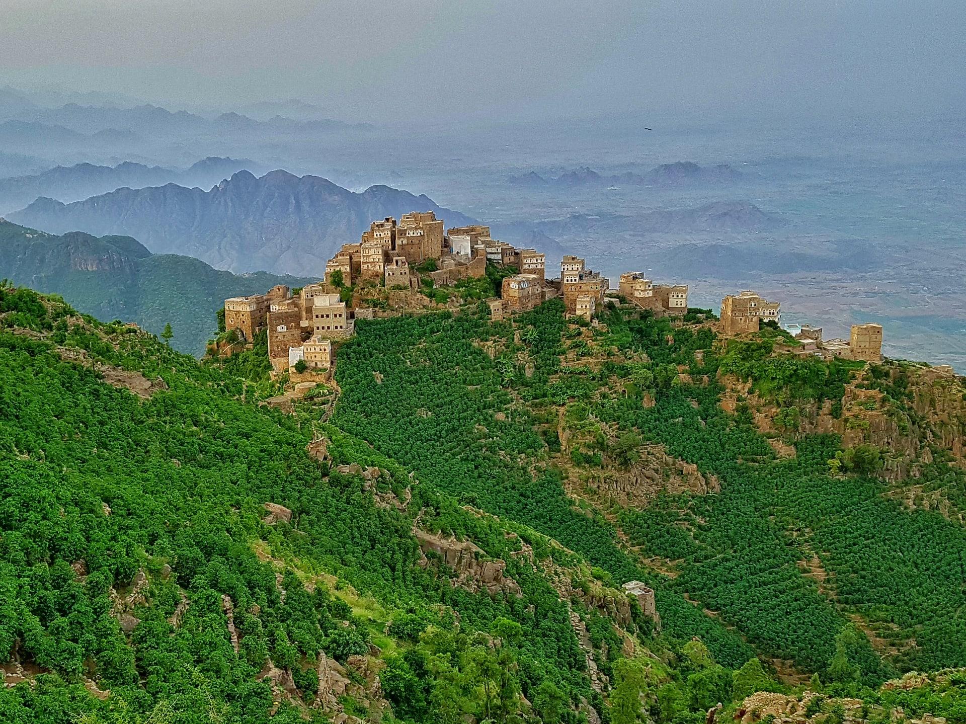 في اليمن.. استكشف آخر بقايا الغابات شبه الاستوائية الواسعة في شبه الجزيرة العربية بهذا الجبل الزاهي