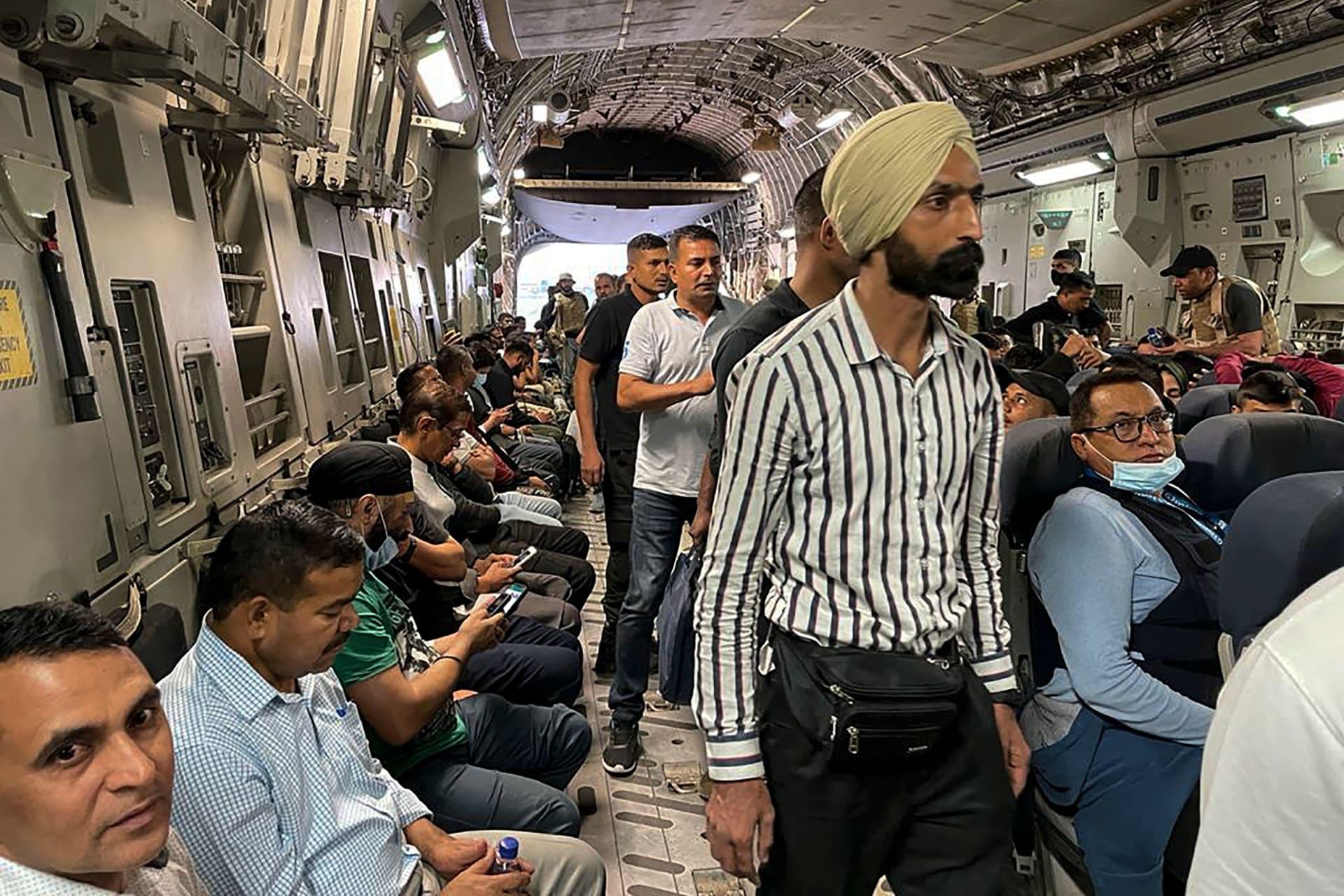 واطنون هنود يجلسون على متن طائرة عسكرية هندية في مطار كابول في 17 أغسطس 2021 ليتم إجلاؤهم بعد استيلاء طالبان المفاجئ على أفغانستان.