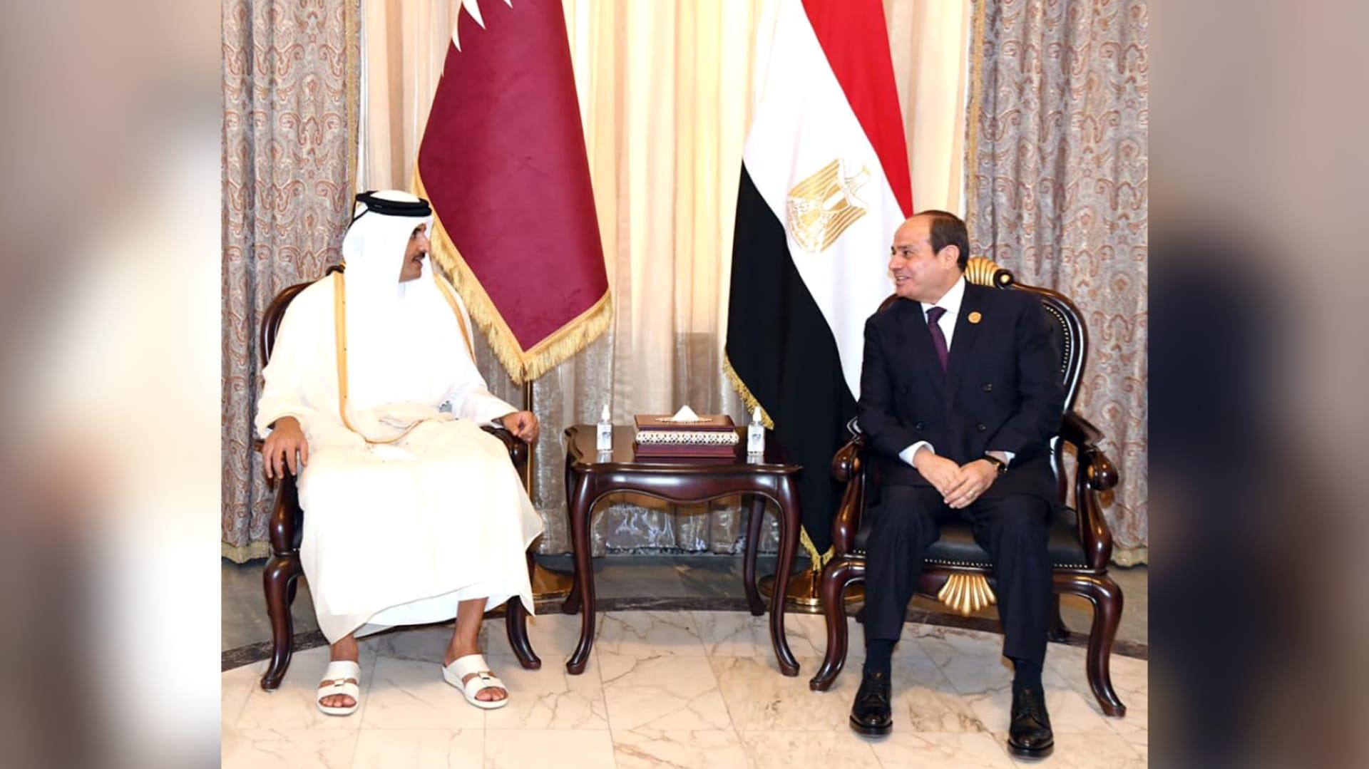 الرئيس المصري يلتقي أمير قطر على هامش مؤتمر بغداد