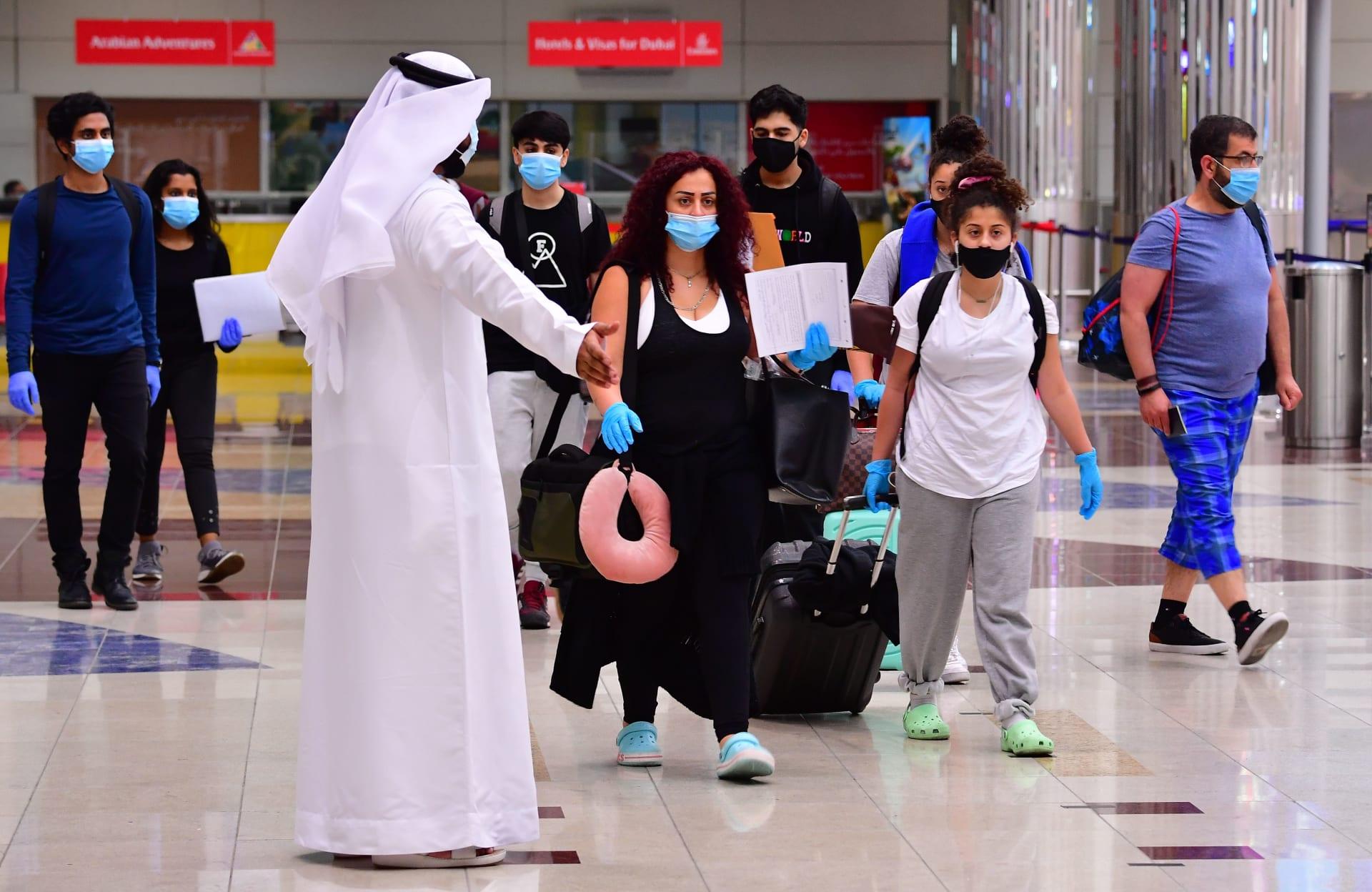 سائحون يصلون مطار دبي في الإمارات العربية المتحدة في 8 يوليو 2020