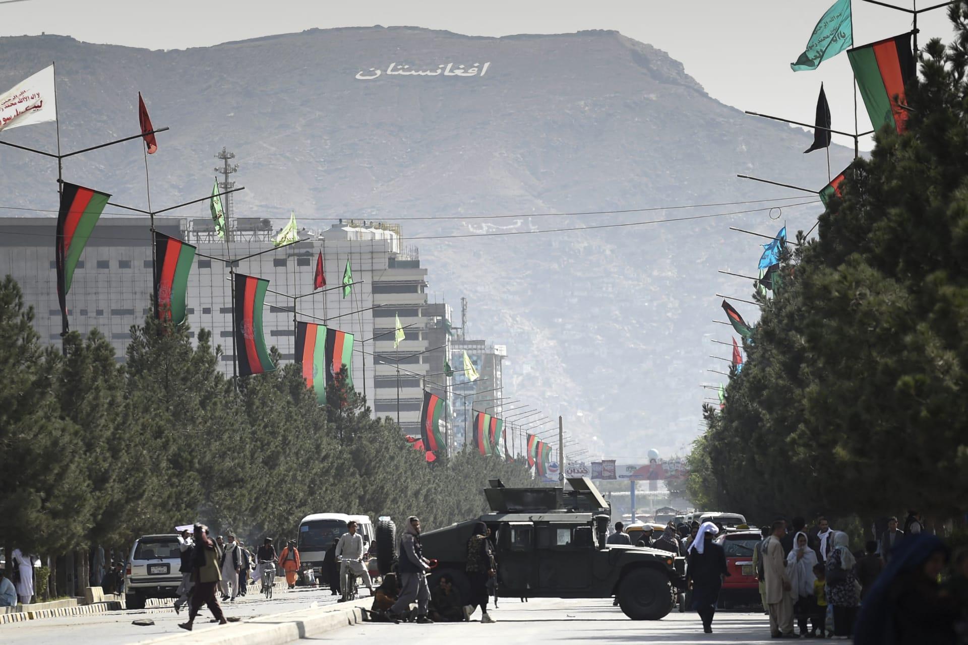 مقاتلو طالبان يغلقون طريقًا بعربة همفي بالقرب من مطار كابول في كابول في 28 أغسطس 2021