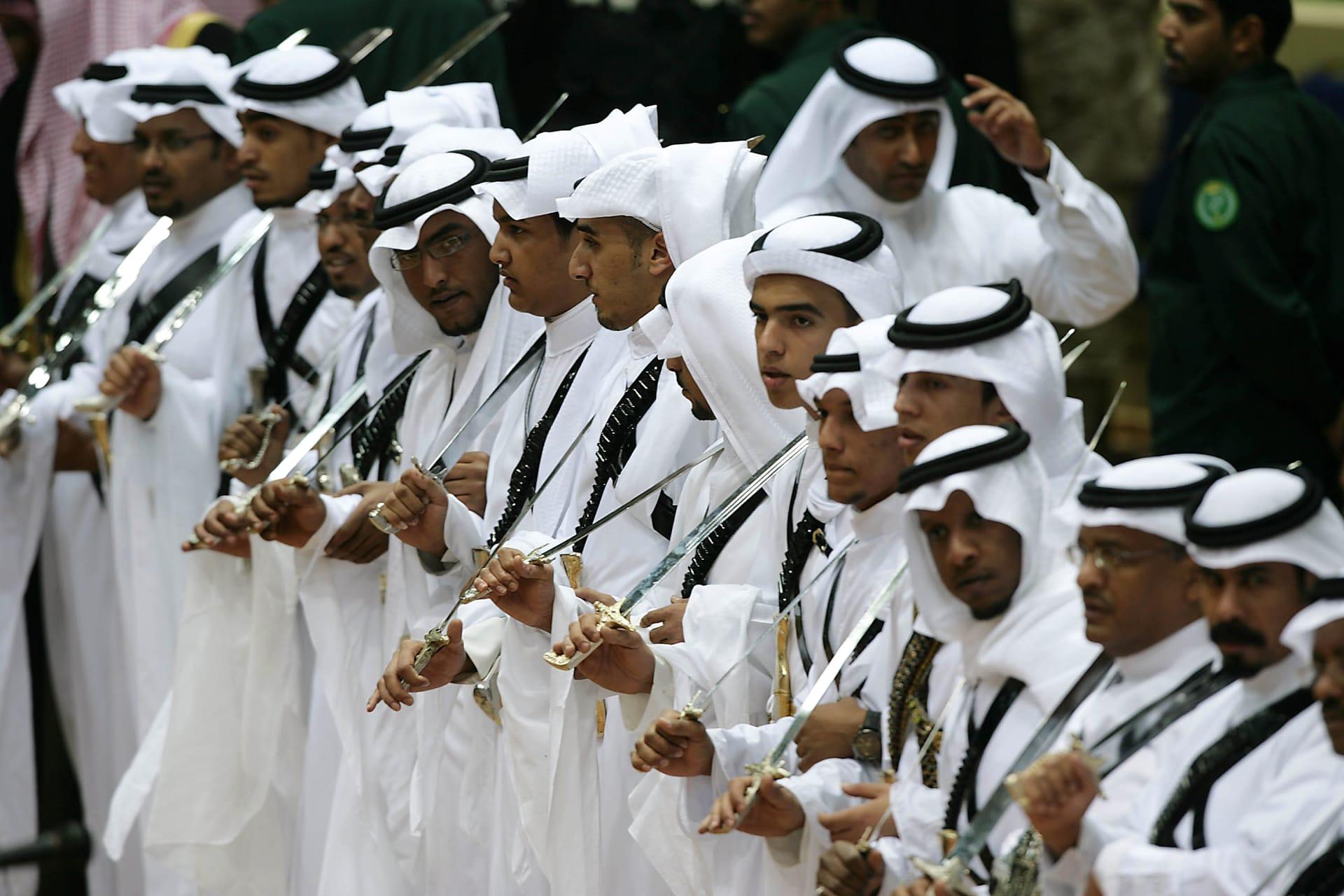 سعوديون يؤدون رقصة تقليدية خلال حفل أقيم في الرياض في 13 ديسمبر 2009