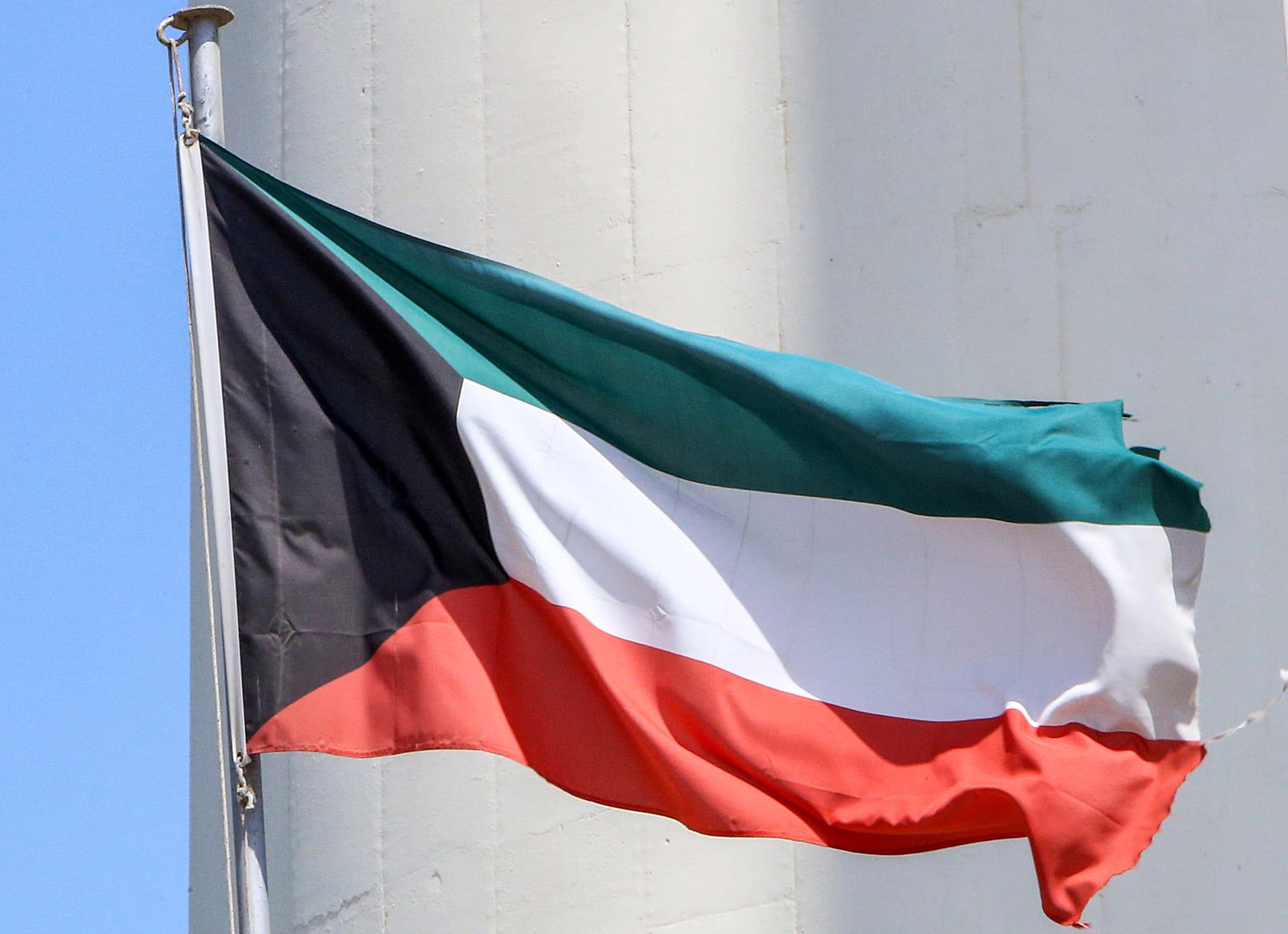 هذه الصورة التي التقطت في 20 سبتمبر 2020 تظهر العلم الوطني الكويتي وهو يرفرف على سارية في مدينة الكويت.