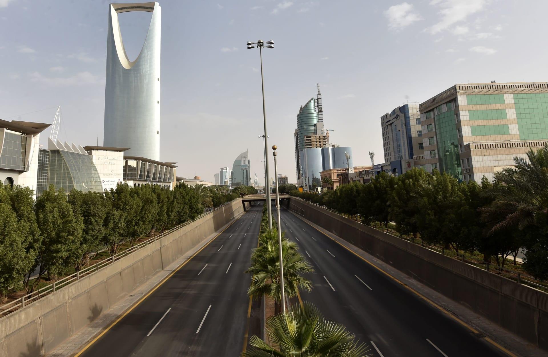 طريق الملك فهد الرئيسي فارغًا في العاصمة السعودية الرياض