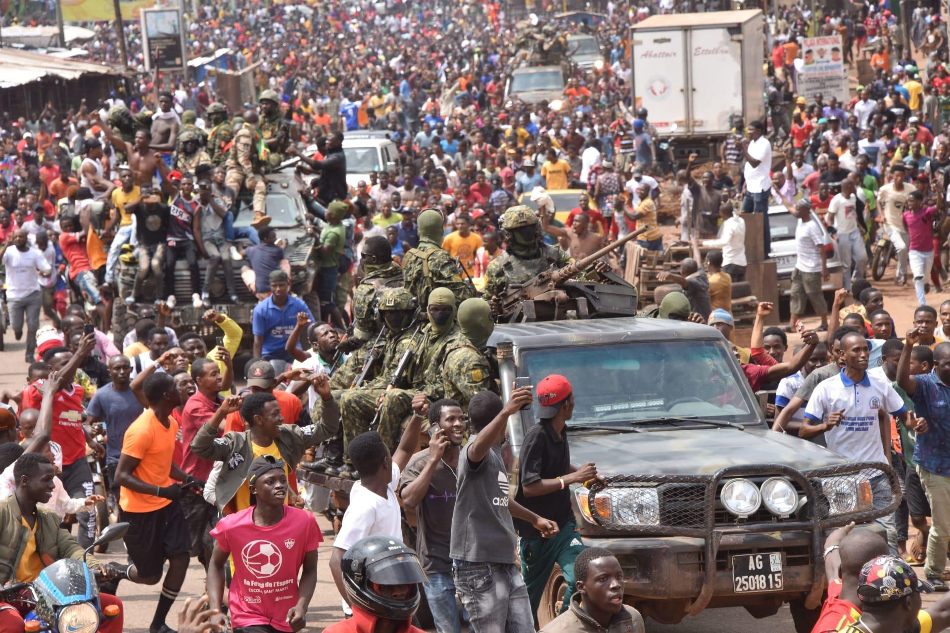 احتفالات شعبية مع عناصر من الجيش في غينيا بعد الإطاحة بحكم كوندي