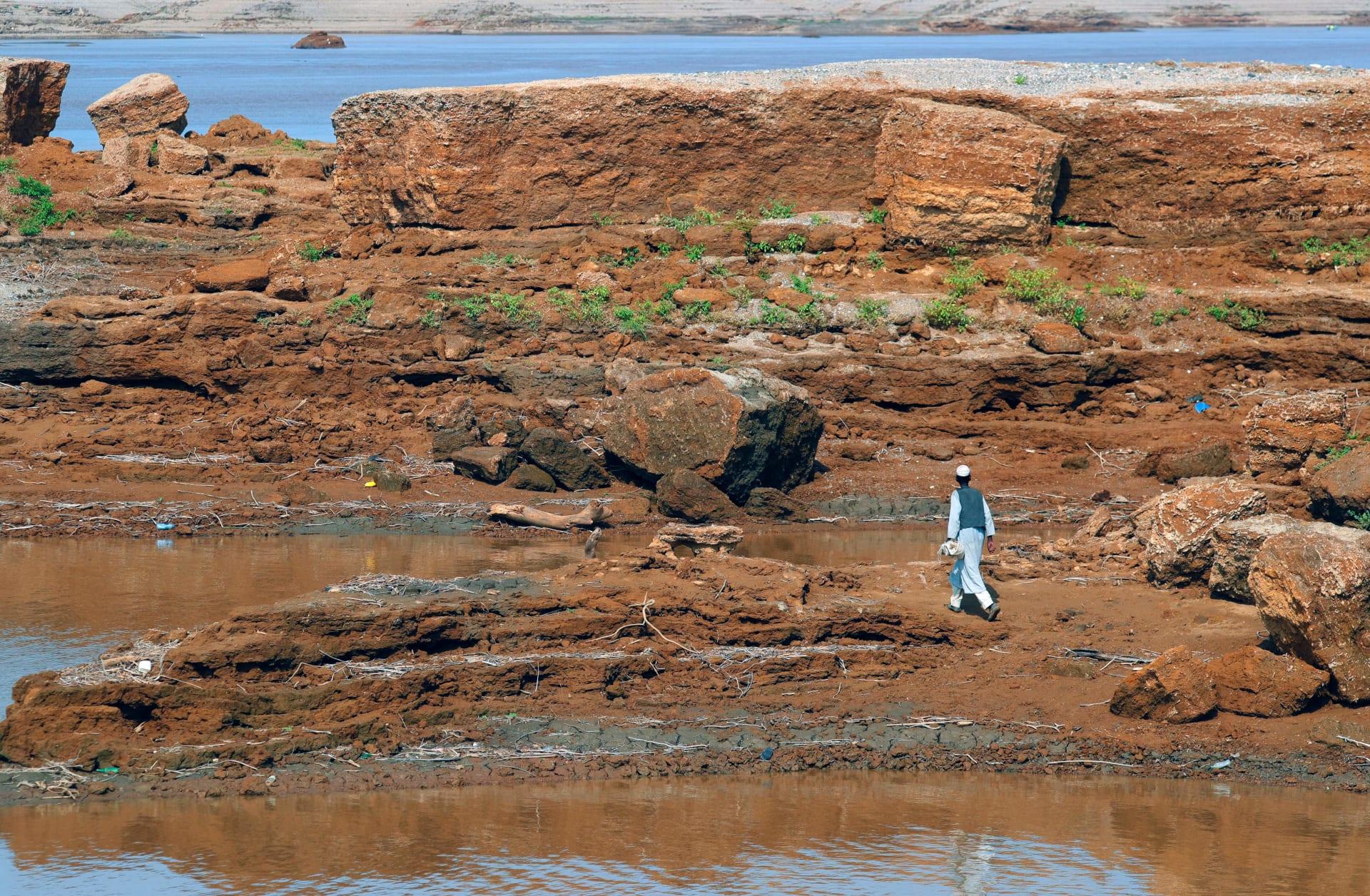 ئ من تيغرايين يسير على ضفاف نهر سيتيت المتاخم لإثيوبيا ، في واد الحليو ، قرية في ولاية كسلا بشرق السودان ، في 11 أغسطس 2021.