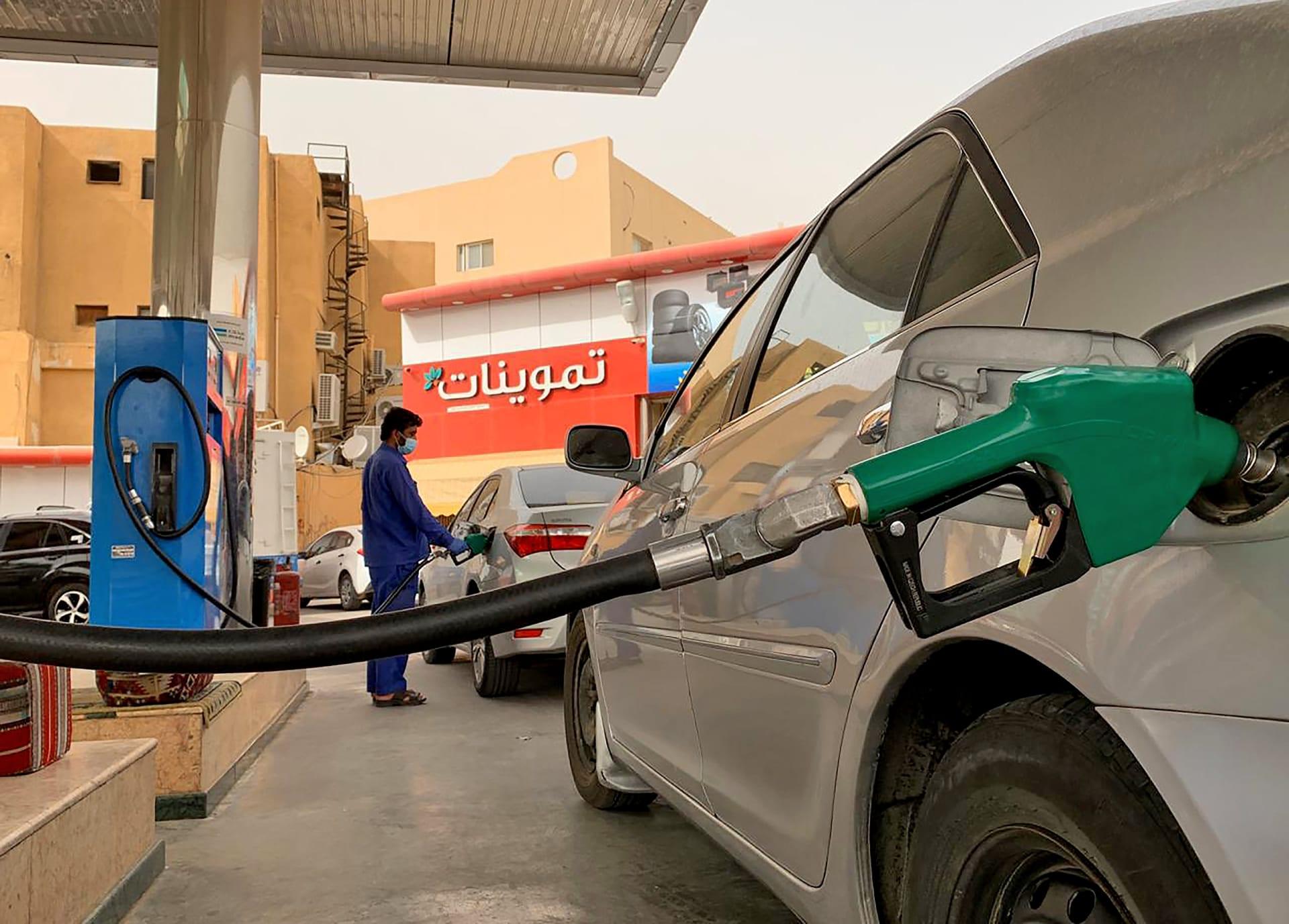 عامل بمحطة وقود يعيد تعبئة سيارة في محطة بالعاصمة السعودية الرياض في 11 مايو 2020.