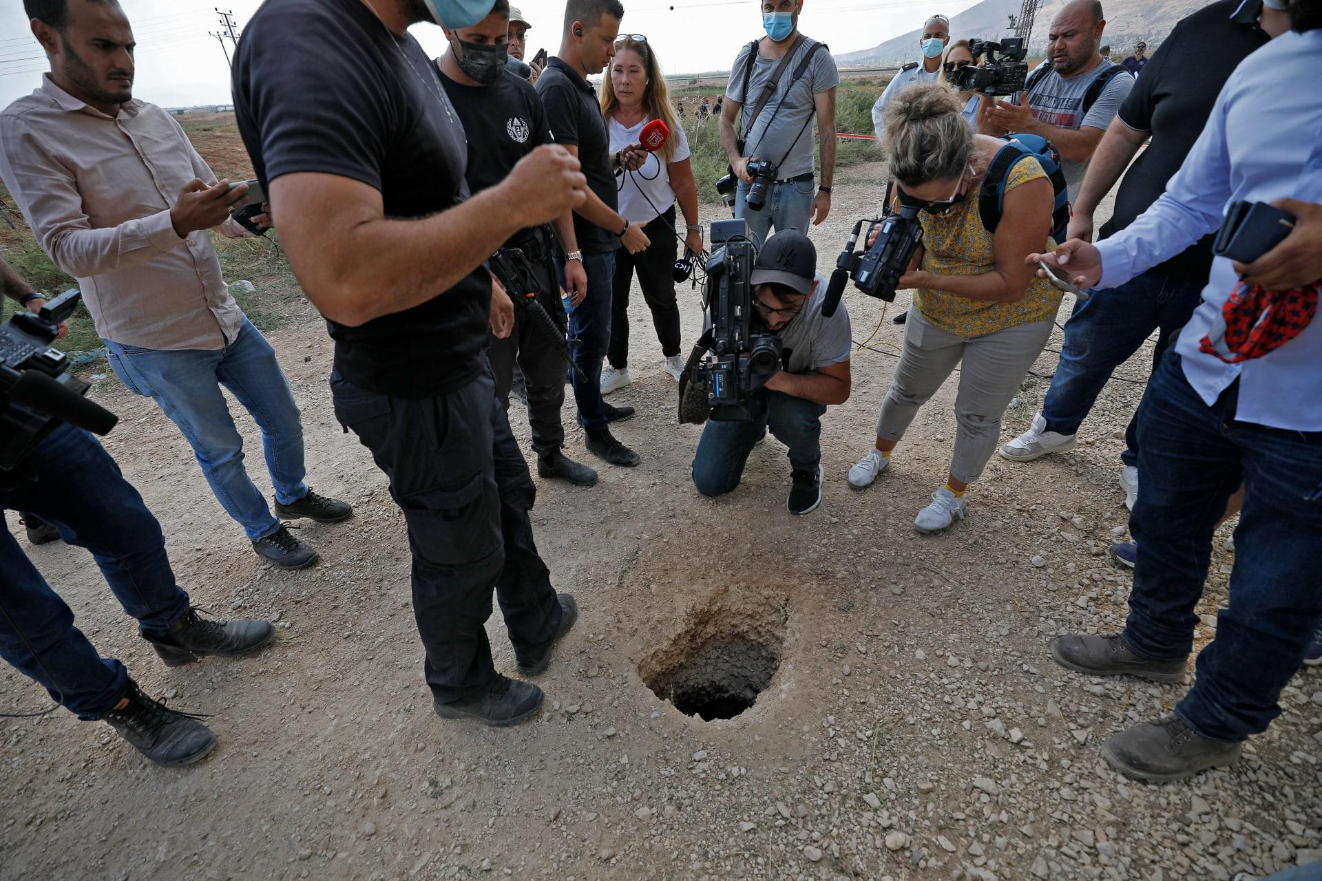 الشرطة الإسرائيلية والصحفيون يتجمعون حول حفرة استخدمها ستة فلسطينيين للفرار من سجن جلبوع بعد أن حفروا نفقا تحت الأرض - 6 سبتمبر 2021